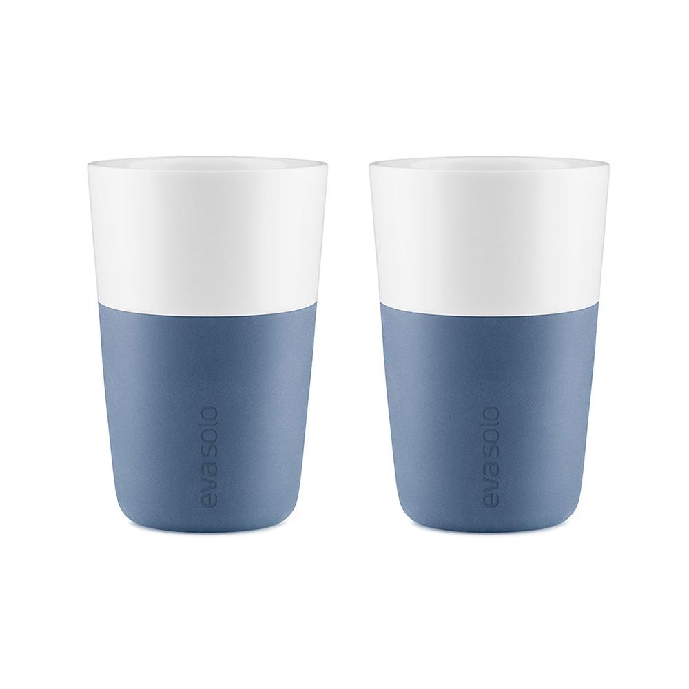 Набор чашек LatteЧайные пары и чашки<br>Дизайнеры Eva Solo разработали новые стаканы различной емкости для трех самых популярных видов кофе: эспрессо (80 мл), лунго (230 мл) и латте (360 мл). В них помещается именно то количество молока и пены, которое соответствует стандартным параметрам в популярных капсульных кофе-машинах. Чаши сделаны из фарфора с силиконовой оболочкой, которая защитит ваши пальцы от ожога. Стаканы можно мыть в посудомоечной машине, предварительно сняв силиконовую часть. В набор входят две чашки.<br><br>Material: Фарфор<br>Height см: 12<br>Diameter см: 8,5