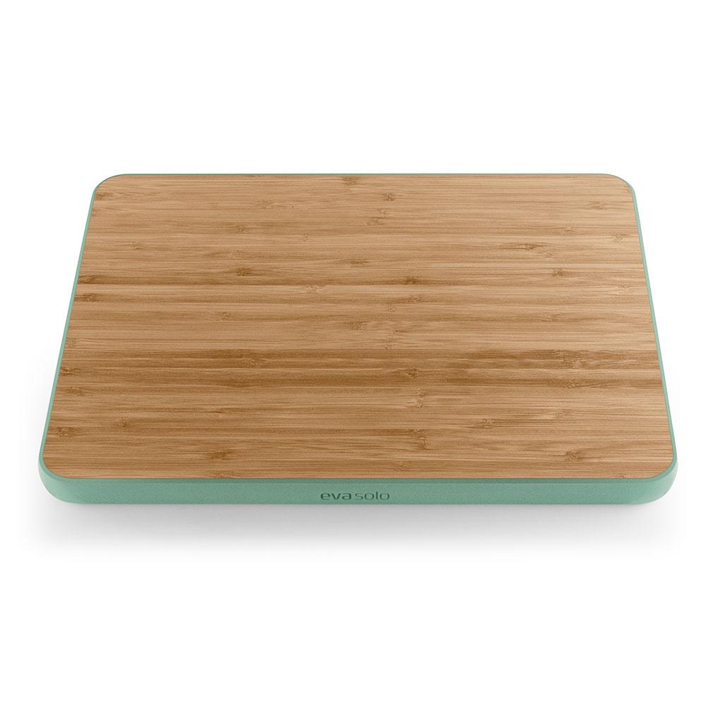 Доска разделочнаяПодставки и доски<br>Удобная доска из бамбукового дерева и силиконового обрамления, которое препятствует скольжению. Надёжность и долговечность материалов гарантирована датским брендом Eva Solo, а простота линий и высокая функциональность делают эту доску подходящей для любой кухни.<br><br>Material: Дерево<br>Width см: 37<br>Depth см: 28<br>Height см: 2