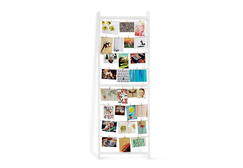 Панно для фотографий StanditРамки для фотографий<br>Хотите почувствовать себя фотографом в лаборатории? Или вам хочется разместить много фотографий на панно, при этом с возможностью постоянно добавлять новые и убирать старые? Или вы ищете элемент декора, который мог бы быть вашим персональным творением? Всем этим целям отвечает Standit - очень стильное панно, которое можно просто прислонить к стене, а фотографии, открытки, рисунки или печатные сувениры вешать на натянутые шнурки с помощью мини-прищепок. Такое украшение комнаты никогда не останется незамеченным!<br><br>Material: МДФ<br>Ширина см: 53<br>Высота см: 152<br>Глубина см: 4
