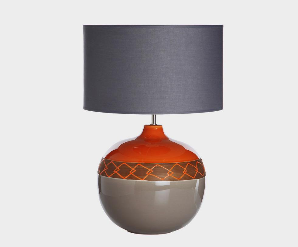 Настольная лампаДекоративные лампы<br>Настольная лампа, выполненная из натуральных материалов. Яркий широкий абажур подарит море света, а керамическое основание, украшенное незатейливым рисунком, наполнит дом теплом. Сочетается с декоративным блюдом 129-170, выполненном в том же стиле.<br><br>Раскрыть потенциал интерьера и завершить его оформление эффектным, запоминающимся штрихом поможет продукция португальской&amp;amp;nbsp;компании по производству изделий из керамики Farol. Модные и современные, они созданы специально для того, чтобы создавать неповторимый стиль и очарование, наполнять дом уютом и светом.&amp;lt;div&amp;gt;&amp;lt;br&amp;gt;&amp;lt;/div&amp;gt;&amp;lt;div&amp;gt;&amp;lt;div&amp;gt;Вид цоколя: E27&amp;lt;/div&amp;gt;&amp;lt;div&amp;gt;Мощность: 60W&amp;lt;/div&amp;gt;&amp;lt;div&amp;gt;Количество ламп: 1&amp;lt;/div&amp;gt;&amp;lt;/div&amp;gt;<br><br>Material: Керамика<br>Height см: 65<br>Diameter см: 44