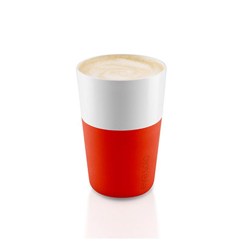 Набор чашек LatteЧайные пары, чашки и кружки<br>Дизайнеры Eva Solo разработали новые стаканы различной емкости для трех самых популярных видов кофе: эспрессо (80 мл), лунго (230 мл) и латте (360 мл). В них помещается именно то количество молока и пены, которое соответствует стандартным параметрам в популярных капсульных кофе-машинах. Чаши сделаны из фарфора с силиконовой оболочкой, которая защитит ваши пальцы от ожога. Стаканы можно мыть в посудомоечной машине, предварительно сняв силиконовую часть. В набор входят две чашки.<br><br>Material: Фарфор<br>Height см: 12<br>Diameter см: 8,5