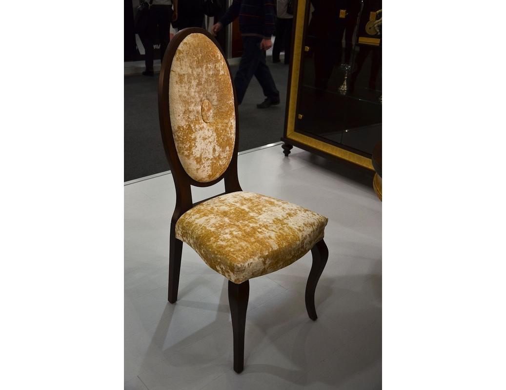 Стул GALIANOОбеденные стулья<br>Оригинальность модели придают овальная спинка и гнутые ножки. Мебель произведена из массива корабельной сосны, поставляемой из Испании и Германии. Стул может быть выполнен в ткани или экокоже из ассортимента фабрики.<br><br>Material: Сосна<br>Width см: 46<br>Depth см: 53<br>Height см: 110