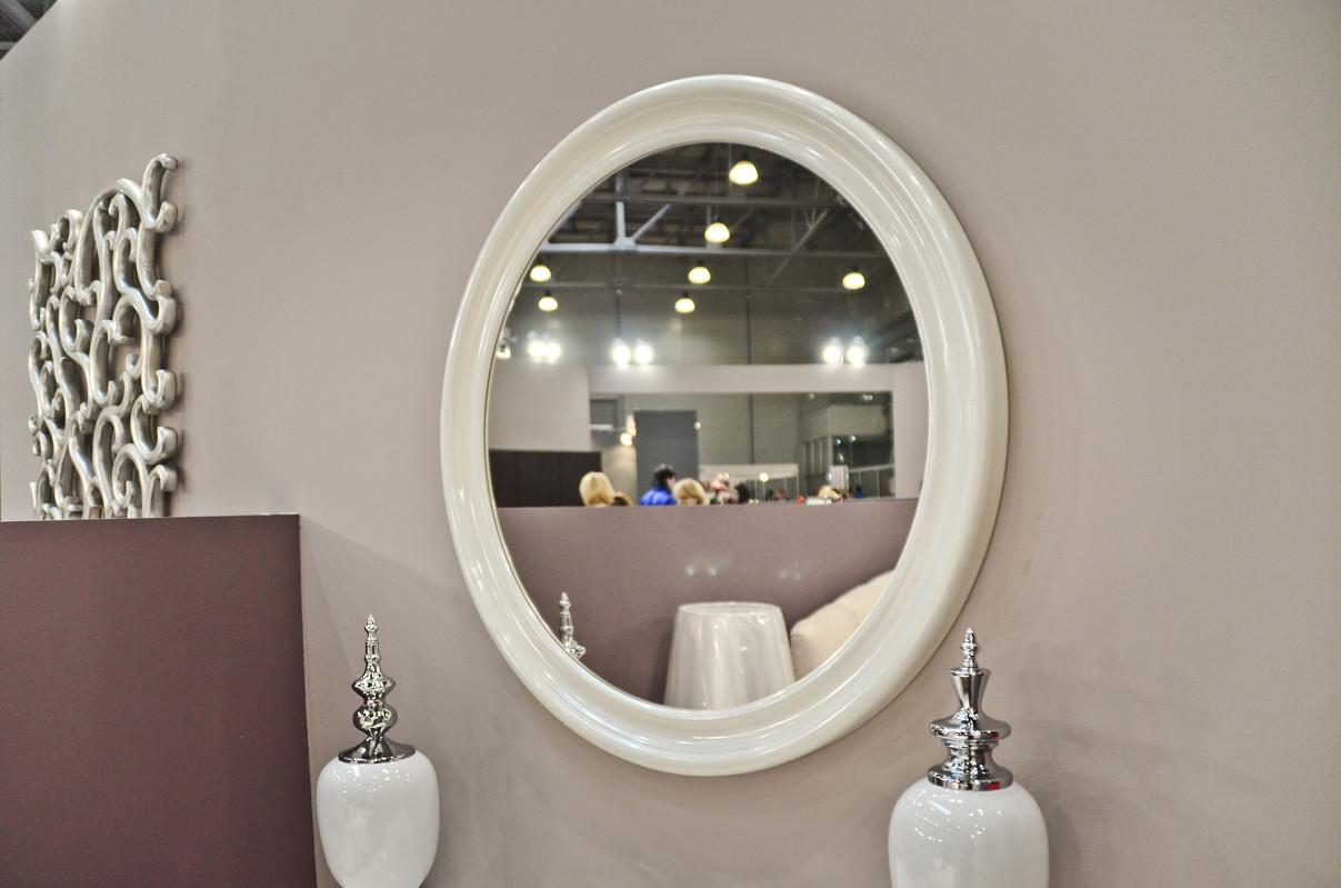 Зеркало PALERMOНастенные зеркала<br>Изящество и эксклюзивность настенного зеркала итальянского производства подчеркиваются холодностью сусального серебра, которым отделана его элегантная оправа. Лаконичный стиль без лишней вычурности и помпезности придется по вкусу настоящим ценителям классической роскоши и отменного качества. В силу своей совершенности, эксклюзивное зеркало  отображает окружающий мир в неком идеальном свете роскоши и блеска.<br><br>Material: Дерево<br>Depth см: 5<br>Diameter см: 85