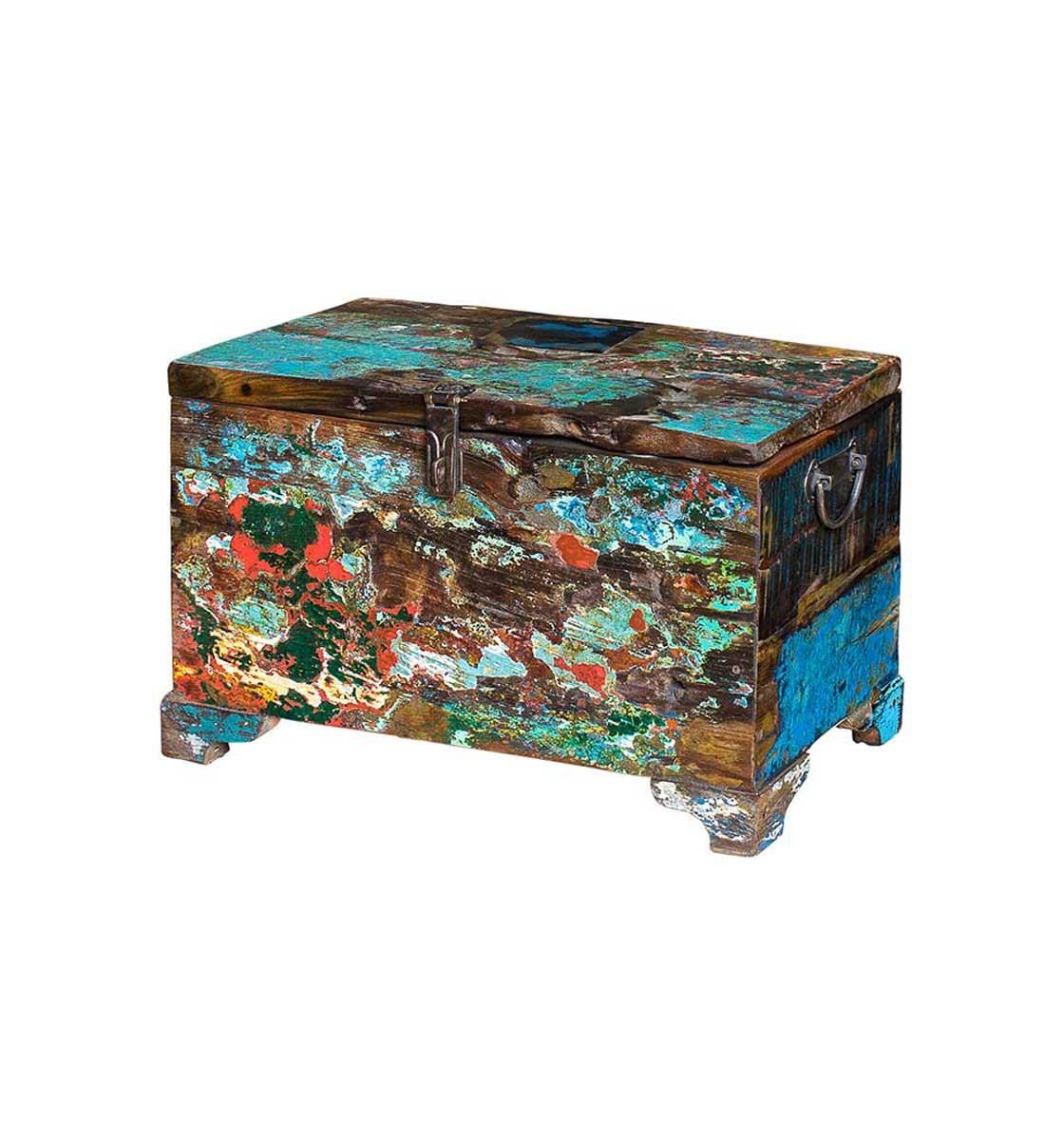 Сундук ГалаСтаринные сундуки<br>Сундук для хранения вещей, выполненный из старой рыбацкой лодки с сохранением оригинальной многослойной окраски. Имеет откидывающуюся дверцу с замком. Подходит для использования как внутри помещения, так и снаружи. Сборка не требуется. Предмет изготовлен из ценных твердых пород древесины (тик, махогон, суар), обладающих высокой износостойкостью, долговечностью и водоотталкивающими свойствами. Подходит для использования как внутри помещения, так и снаружи. Покрыт натуральным шеллаком.<br><br>Material: Тик<br>Width см: 50<br>Depth см: 25<br>Height см: 25
