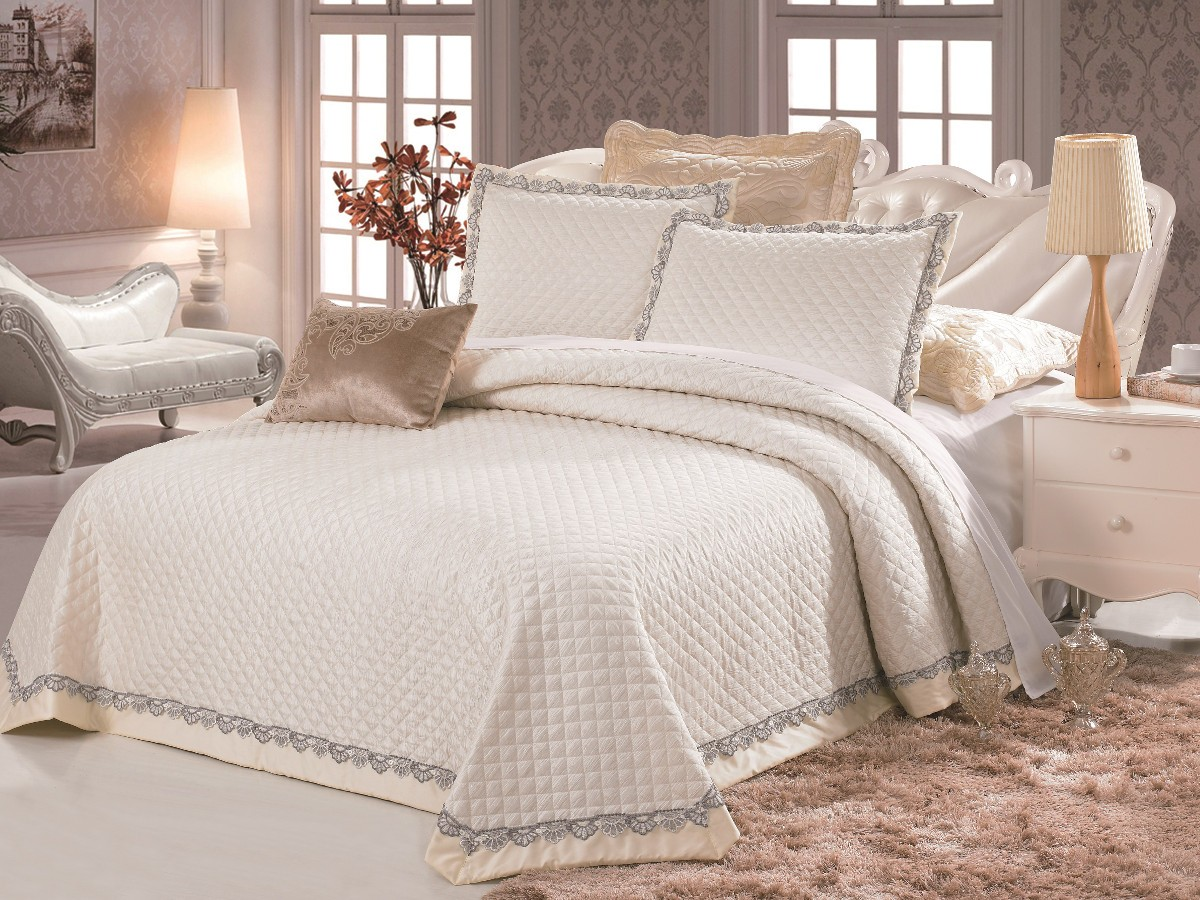 Покрывало полиэстрПокрывала<br>Покрывало на кровать из нежной микрофибры – элегантное, современное, со стильными расцветками прекрасно украсит спальню.&amp;lt;br&amp;gt;&amp;lt;br&amp;gt;&amp;lt;div&amp;gt;В комплект входят покрывало и две наволочки.&amp;lt;/div&amp;gt;&amp;lt;div&amp;gt;Размер покрывала: 250х230 см&amp;lt;/div&amp;gt;&amp;lt;div&amp;gt;Размер наволочки: 70х50 см&amp;lt;/div&amp;gt;<br><br>Material: Текстиль<br>Length см: 250<br>Width см: 230