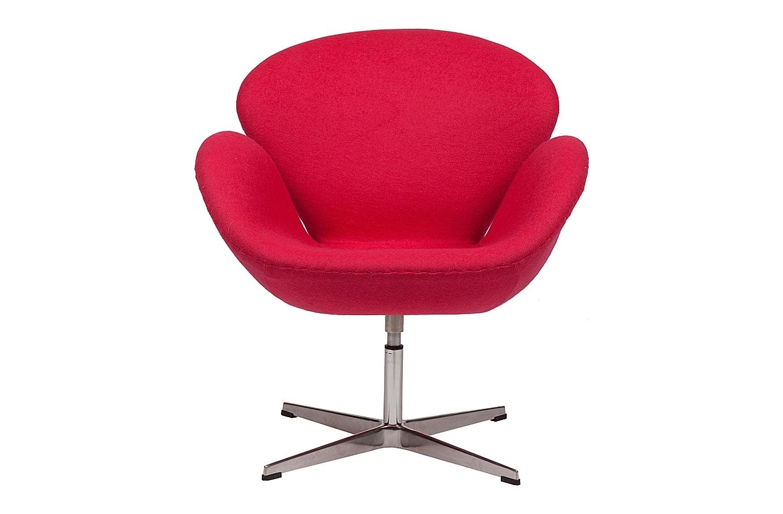 Кресло Swan ChairИнтерьерные кресла<br>Кресло Swan Chair (Лебедь), созданное датским дизайнером Арне Якобсеном (Arne Jacobsen) в 1958 г., стало настоящей сенсацией для своего времени, было достаточно инновационным, т.к. вместо прямых линий предпочтение было отдано округлым формам. Мебель этого дизайнера давно вошла в историю мебелестроения и стало шедевром, мировым достоянием искусства. Элегантная анатомическая форма и небольшие размеры делают его привлекательным элементом оформления любого интерьера и по сей день. Каркас кресла представляет собой литую раковину из стекловолокна, покрытую пенополиуретаном. Сидение крепится на вращающемся крестообразном основании из нержавеющей стали. Обивка кресла сделана из шерстяной ткани ярко-красного цвета.<br><br>Material: Шерсть<br>Width см: 71<br>Depth см: 70<br>Height см: 78