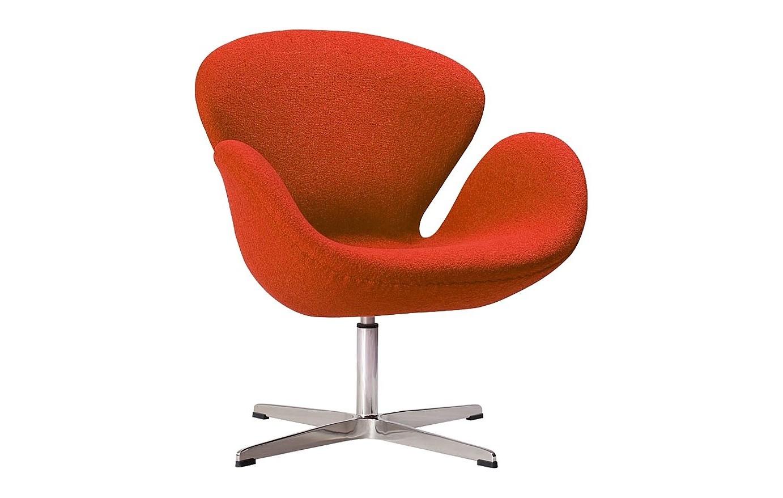 Кресло Swan ChairИнтерьерные кресла<br>Кресло Swan Chair (Лебедь), созданное датским дизайнером Арне Якобсеном (Arne Jacobsen) в 1958 г., стало настоящей сенсацией для своего времени, было достаточно инновационным, т.к. вместо прямых линий предпочтение было отдано округлым формам. Мебель этого дизайнера давно вошла в историю мебелестроения и стало шедевром, мировым достоянием искусства. Элегантная анатомическая форма и небольшие размеры делают его привлекательным элементом оформления любого интерьера и по сей день. Каркас кресла представляет собой раковину из стекловолокна, покрытую пенополиуретаном. Сидение крепится на вращающемся крестообразном основании из нержавеющей стали. Обивка кресла сделана из шерстяной ткани.<br><br>Material: Шерсть<br>Width см: 71<br>Depth см: 70<br>Height см: 78