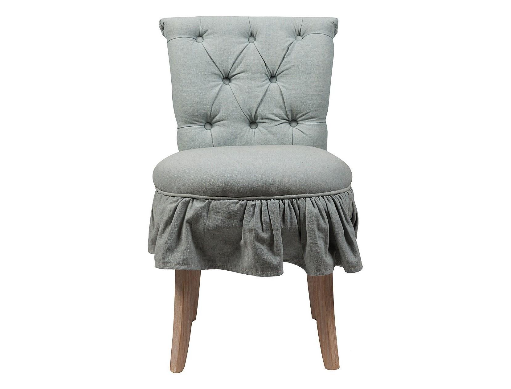 Стул Denim ChambrayОбеденные стулья<br>Эстетически приятный мягкий обеденный стул Denim Chambray в обивке из прочной, простой в уходе, льняной ткани серо-голубого цвета. Высокая, расширяющаяся кверху спинка декорирована обтяжными пуговицами в технике капитоне, основание из твердого дубового дерева со светлыми полированными ножками обеспечит уверенность и прочность. Этот элегантный стул классического дизайна прекрасно впишется в любой стиль вашей столовой, создаст приятную обеденную атмосферу.<br><br>Material: Текстиль<br>Width см: 50<br>Depth см: 62,5<br>Height см: 84