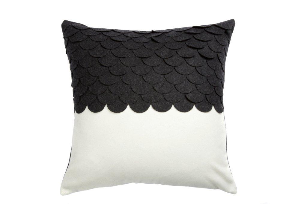 Подушка c узором Marbella Black 3Квадратные подушки<br>Подушка c узором Marbella Black 3 в черном и белом цвете из 100% полиэстера. Мягкий и упругий наполнитель хорошо поддерживает спину, помогает расслабиться и принять удобную позу, обеспечивает крепкий сон. Подушка также будет отличным сувениром и оригинальным подарком.<br><br>Material: Кашемир<br>Width см: 45<br>Depth см: 12<br>Height см: 45