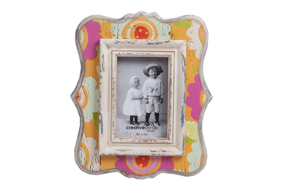 Рамка для фото SommerРамки для фотографий<br>Фоторамка Sommer — яркий и оригинальный элемент декора, который украсит собой любую комнату, оформленную в стиле Прованс. Аксессуар изготовлен из МДФ, имеет по всей поверхности искусственные потертости и трещинки и приятные цветочные рисунки. Это придаёт ему очарование южной французской деревушки. Такая рамка поможет сохранить лучшие воспоминания вашей жизни или стать прекрасным подарком как взрослому человеку, так и ребенку.<br><br>Material: МДФ<br>Length см: None<br>Width см: 25<br>Depth см: 1,2<br>Height см: 29
