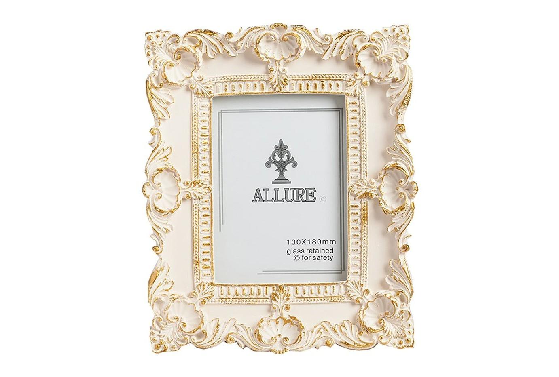 Рамка для фото Elaine BigРамки для фотографий<br>Фоторамка размером Elaine, изготовленная из полирезина и расписанная золотистой краской, станет главным украшением вашего дома, оформленного как в современном, так и в классическом стиле. Искусная аристократически богатая лепнина придаёт предмету декора особый шарм, очарование и роскошь. Рамка также может стать чудесным подарком дорогому вам человеку.<br><br>Material: Пластик<br>Width см: 23<br>Depth см: 2<br>Height см: 28