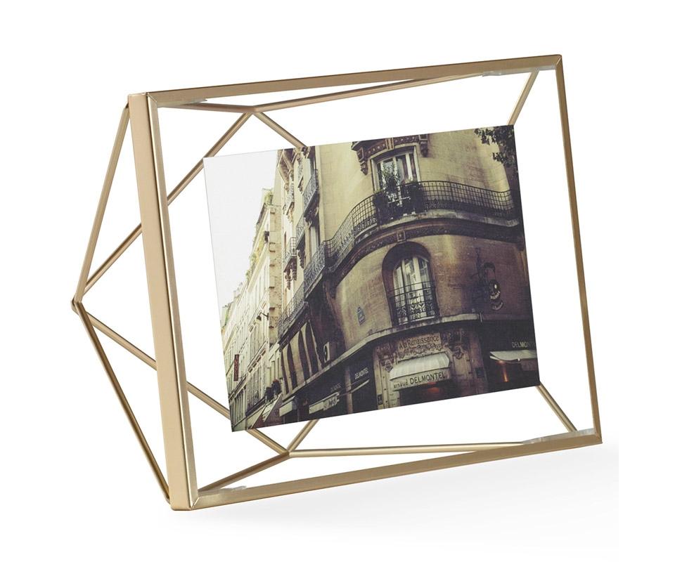 Фоторамка PrismaРамки для фотографий<br>Настоящий алмаз вашей комнаты! Вдохновленная огранкой бриллиантов форма этой рамки привлекает внимание и вызывает восхищение - очень необычная вещица. Но её достоинство в том, что она не отвлекает от главного - от фотографии внутри.<br>Подходит для фото размером 10 х 15 см.<br><br>Material: Сталь<br>Width см: 20,3<br>Depth см: 7,6<br>Height см: 15,3