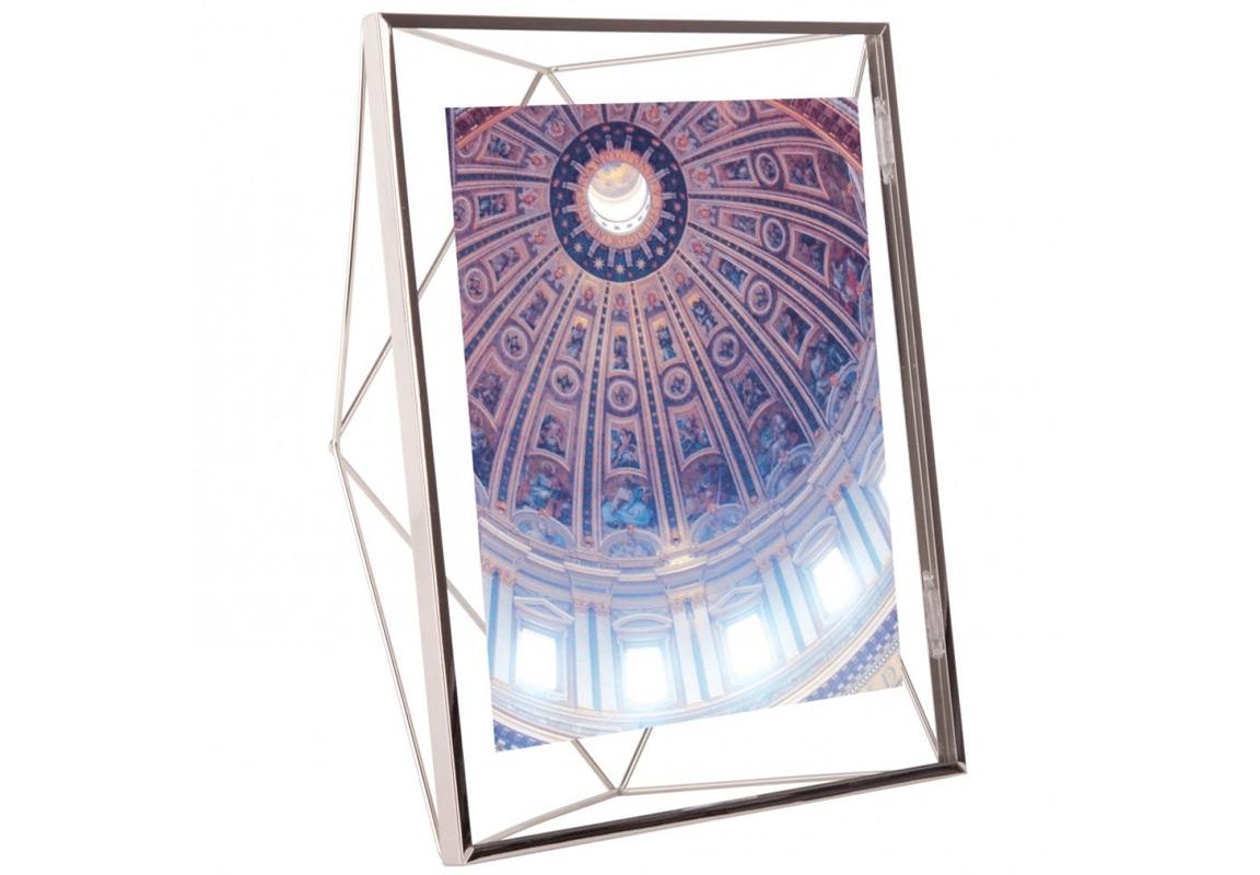 Фоторамка PrismaРамки для фотографий<br>Настоящий алмаз вашей комнаты! Вдохновленная огранкой бриллиантов форма этой рамки привлекает внимание и вызывает восхищение - очень необычная вещица. Но её достоинство в том, что она не отвлекает от главного - от фотографии внутри.<br>Подходит для фото размером 20 х 25 см.<br><br>Material: Сталь<br>Ширина см: 25<br>Высота см: 30<br>Глубина см: 7