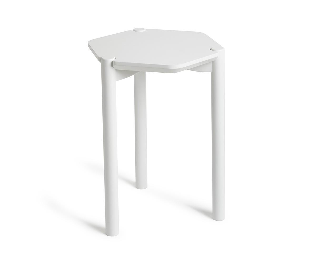 Столик HexaПриставные столики<br>Стильное сочетание геометрических форм и благородной расцветки.<br>Небольшой столик шестиугольной формы изготовлен из окрашенного дерева.  Может быть расположен как отдельно, так и в сочетании с тремя (или более) аналогичными столиками.                                                                                                                                                    Дизайн: Wesley Chau и Jordan Murphy<br><br>Material: Дерево<br>Ширина см: 49<br>Высота см: 33<br>Глубина см: 37