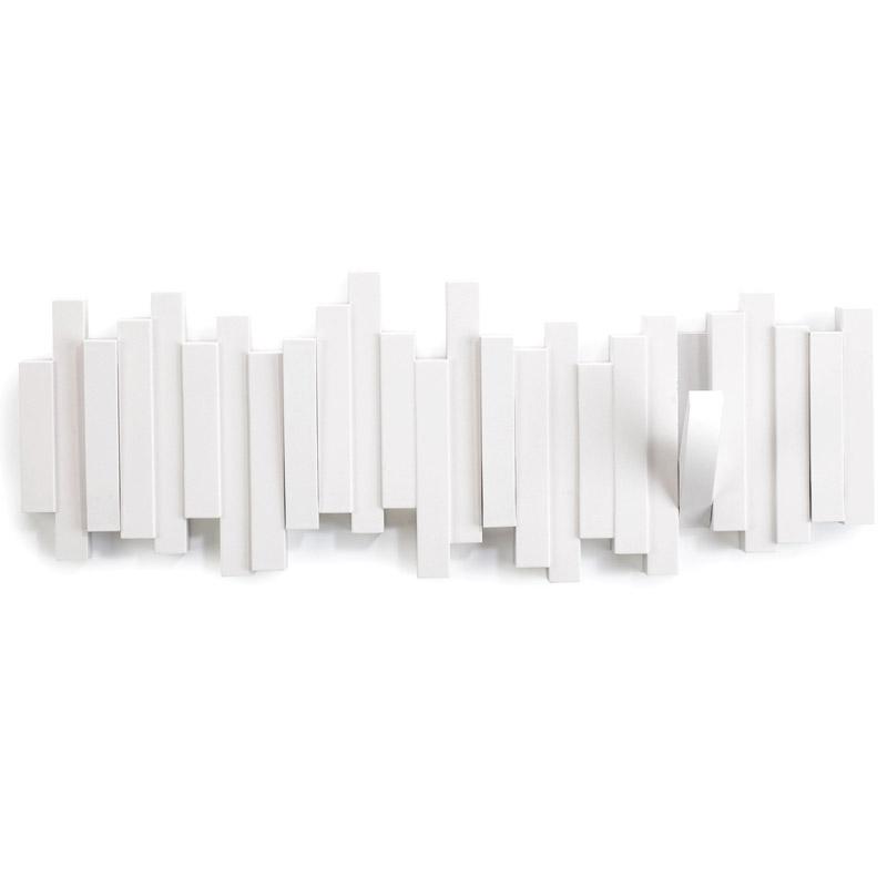 Вешалка настенная SticksВешалки<br>Супер стильная вешалка потрясающе выглядит в интерьере, когда она используется как вешалка - к Вашим услугам 5 прочных крючков, когда не используется - это плоский декоративный элемент стильной формы.<br>Каждый крючок выдерживает вес до 2,26 кг.<br><br>Material: Пластик<br>Ширина см: 54<br>Высота см: 18<br>Глубина см: 3