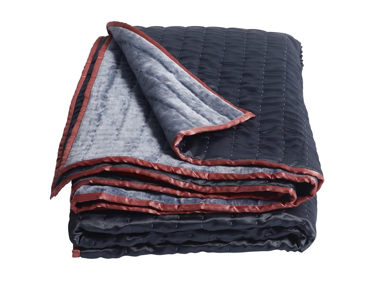 ПокрывалоПокрывала<br>Синее покрывало, которым можно укрыться на диване или застелить кровать в скандинавском или классическом интерьере. Качественный текстиль от датской компании nordal.<br><br>Material: Текстиль<br>Length см: 210<br>Width см: 140