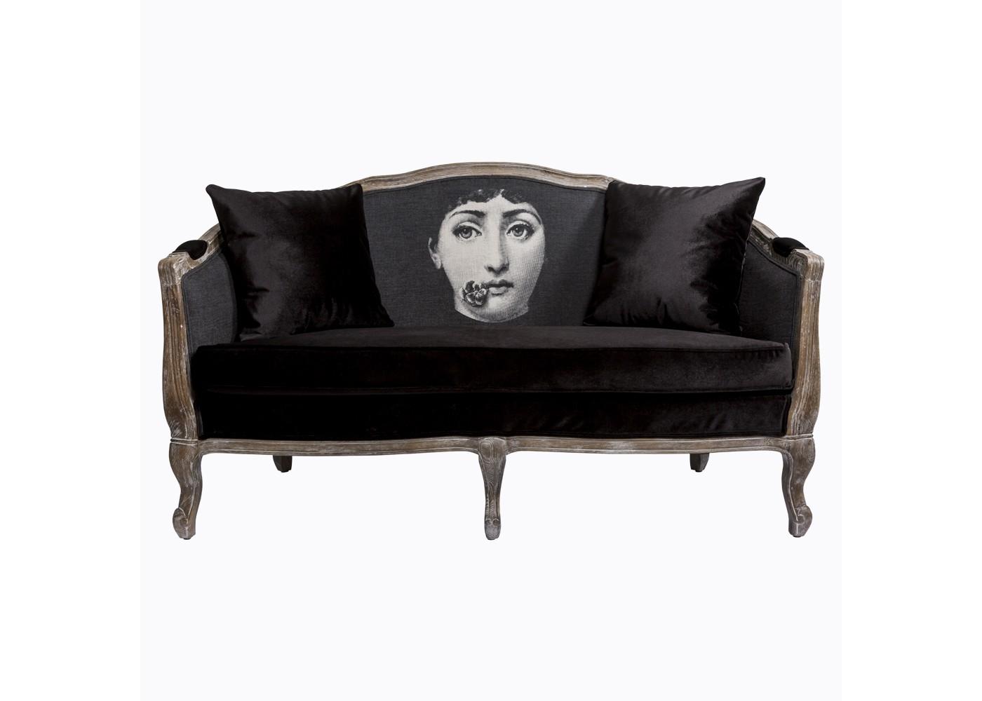 Софа Лина, версия КомплиментДвухместные диваны<br>Дизайн софы &amp;quot;Лина&amp;quot; создан эффектом экстравагантных контрастных сочетаний. Густой бархат сиденья заигрывает с матовым блеском льна и золотистым оттенком натурального дуба, белый рисунок - с черной обивкой, а французский королевский корпус - с портретом в жанре современного поп-арта. Удивляясь дизайном, не сомневайтесь в качестве, ведь основа софы создана из натурального дуба, - самого прочного и долговечного мебельного материала.Софа &amp;quot;Лина&amp;quot; - универсальное, но отборное решение гостиной комнаты, каминного зала, холла, кабинета и спальни.<br>В наши дни эклектика настолько популярна, что выделена экспертами в самостоятельный интерьерный жанр. Софа &amp;quot;Лина&amp;quot; - эталонный экземпляр эклектики, совместившей дворцовый стиль эпохи Луи-Филиппа с рисунком в манере Энди Уорхола. Столь смелое решение обещает Вам соседство модели &amp;quot;Комплимент&amp;quot; со многими классическими и авангардными жанрами, от &amp;quot;ампира&amp;quot; до &amp;quot;лофта&amp;quot;.<br>В комплект софы входят две однотонные подушки. Советуем Вам дополнить их ещё парой декоративных подушечек из коллекционной серии. Их шелковистая льняная ткань идеально сочетает со спинкой софы, а черно-белый рисунок составит безупречную гармонию диванной обивке. К тому же, любимая софа станет вдвое мягче, теплее и уютнее.<br>Боковые ножки подражают древней дворцовой манере &amp;quot;кабриоли&amp;quot;. Грациозный &amp;quot;танцующий&amp;quot; изгиб облегчает мебель визуально.<br>Корпус софы изготовлен из натурального дуба. Древесина дуба отличается прочностью, крепостью и твёрдостью.<br>Деревянные поверхности дивана брашированы, обнажая природный цвет и фактуру древесины, но придавая мебели дизайнерский изыск. Нанесенная вручную патина смягчает цвета, играя плавными пастельными оттенками.<br>Сиденье, укрепленное подвеской из эластичных ремней, обладает прочностью и истинным комфортом.<br>Обивка оснащена тефлоновым по