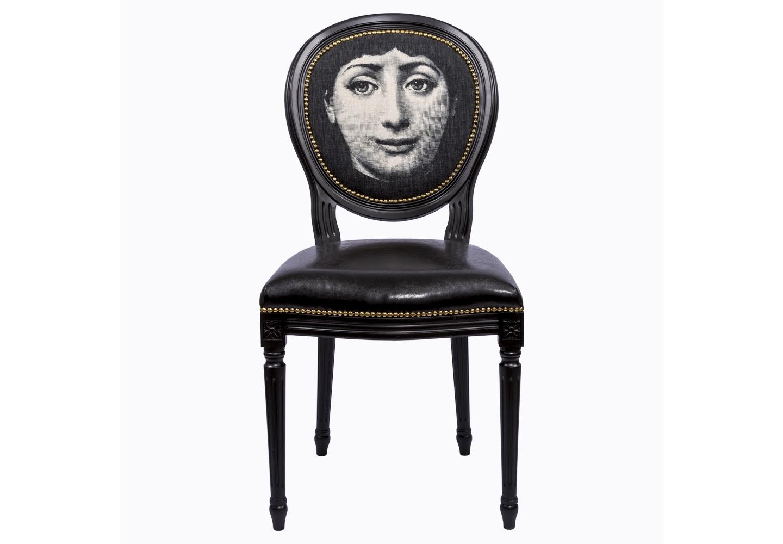 Стул Лина, версия ПортретОбеденные стулья<br>Стул &amp;quot;Портрет&amp;quot; - универсальное, но отборное решение гостиной и столовой, каминного зала, холла, кабинета и спальни. Магический черно-белый контраст правит стилем со времен Серебряного Века. Особую пикантность создают золотистые анкеры, искрящиеся вокруг черного корпуса подобно драгоценностям. Современный рисунок эклектично восседает на величественном корпусе в манере французского дворцового классицизма.Эклектичный дизайн обещает Вам соседство модели &amp;quot;Портрет&amp;quot; со многими классическими и авангардными жанрами, от &amp;quot;ампира&amp;quot; до &amp;quot;лофта&amp;quot;.&amp;amp;nbsp;&amp;lt;div&amp;gt;&amp;lt;br&amp;gt;&amp;lt;/div&amp;gt;&amp;lt;div&amp;gt;&amp;lt;br&amp;gt;&amp;lt;/div&amp;gt;&amp;lt;iframe width=&amp;quot;530&amp;quot; height=&amp;quot;315&amp;quot; src=&amp;quot;https://www.youtube.com/embed/MqeeEoEbmPE&amp;quot; frameborder=&amp;quot;0&amp;quot; allowfullscreen=&amp;quot;&amp;quot;&amp;gt;&amp;lt;/iframe&amp;gt;<br><br>Material: Кожа<br>Ширина см: 50<br>Высота см: 98<br>Глубина см: 47