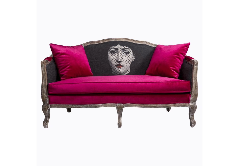 Софа Лина, версия Вуаль РужДвухместные диваны<br>Софа &amp;quot;Лина&amp;quot;, версия «Вуаль Руж»  - универсальное, но отборное решение гостиной комнаты, каминного зала, холла, кабинета и спальни. От правильного выбора мягкой мебели зависят не только физиологические удобства. Не менее важен её эмоциональный потенциал, заведующий нашим настроением. Утренние часы станут чарующими, вечера - памятными, а обычный день превратится в волшебный. В этом Вам поможет живое сочетание классических цветов - красного, черного и белого. Комбинированная обивка особенно эффектна при ярком освещении. Матовый блеск льна подчеркивает роскошь бархатных сиденья и подушек. Контрастные приемы модернизма - привилегия интерьеров, заявляющих стиль и индивидуальность.Софа возглавляет интерьерную коллекцию, включившую одноименные стулья, шесть дизайнов кофейных столиков, дюжину версий декоративных подушек и целую галерею арт-постеров, украшенных портретами героини интерьерного бала.<br>В наши дни эклектика настолько популярна, что выделена экспертами в самостоятельный интерьерный жанр. Софа &amp;quot;Лина&amp;quot; - эталонный экземпляр эклектики, совместившей французский королевский корпус с рисунком современного поп-арта. Столь смелое решение обещает Вам соседство модели &amp;quot;Вуаль Руж&amp;quot; со многими классическими и авангардными жанрами, от &amp;quot;ампира&amp;quot; до &amp;quot;лофта&amp;quot;.<br>Боковые ножки подражают древней дворцовой манере &amp;quot;кабриоли&amp;quot;. Грациозный &amp;quot;танцующий&amp;quot; изгиб облегчает мебель визуально.<br>Корпус софы изготовлен из натурального дуба. Древесина дуба отличается прочностью, крепостью и твёрдостью. Являясь лучшим проводником тепла, в любых температурных условиях дуб надежно сохраняет плотную древесную структуру.<br>Деревянные поверхности дивана брашированы, обнажая природный цвет и фактуру древесины, но придавая мебели дизайнерский изыск. Нанесенная вручную патина смягчает цвета, играя плавными пастельными оттенками.<br>С