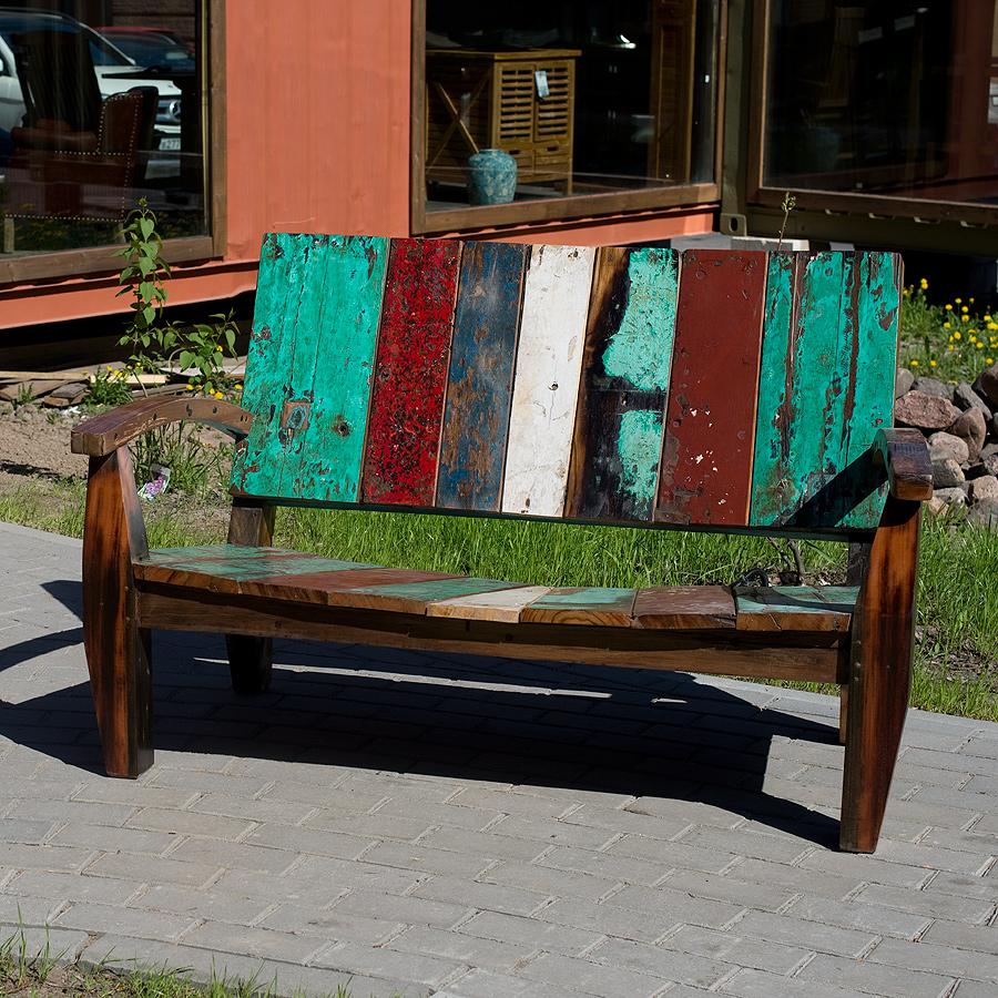 Скамейка MaxСкамейки<br>Скамейка Мах выполнена из фрагментов старых лодок, благодаря чему прослужит вам долго и выдержит любую погоду. Прочная и уютная, уникальная по цветовой гамме и истории.<br><br>Material: Тик<br>Width см: 146<br>Depth см: 85<br>Height см: 85