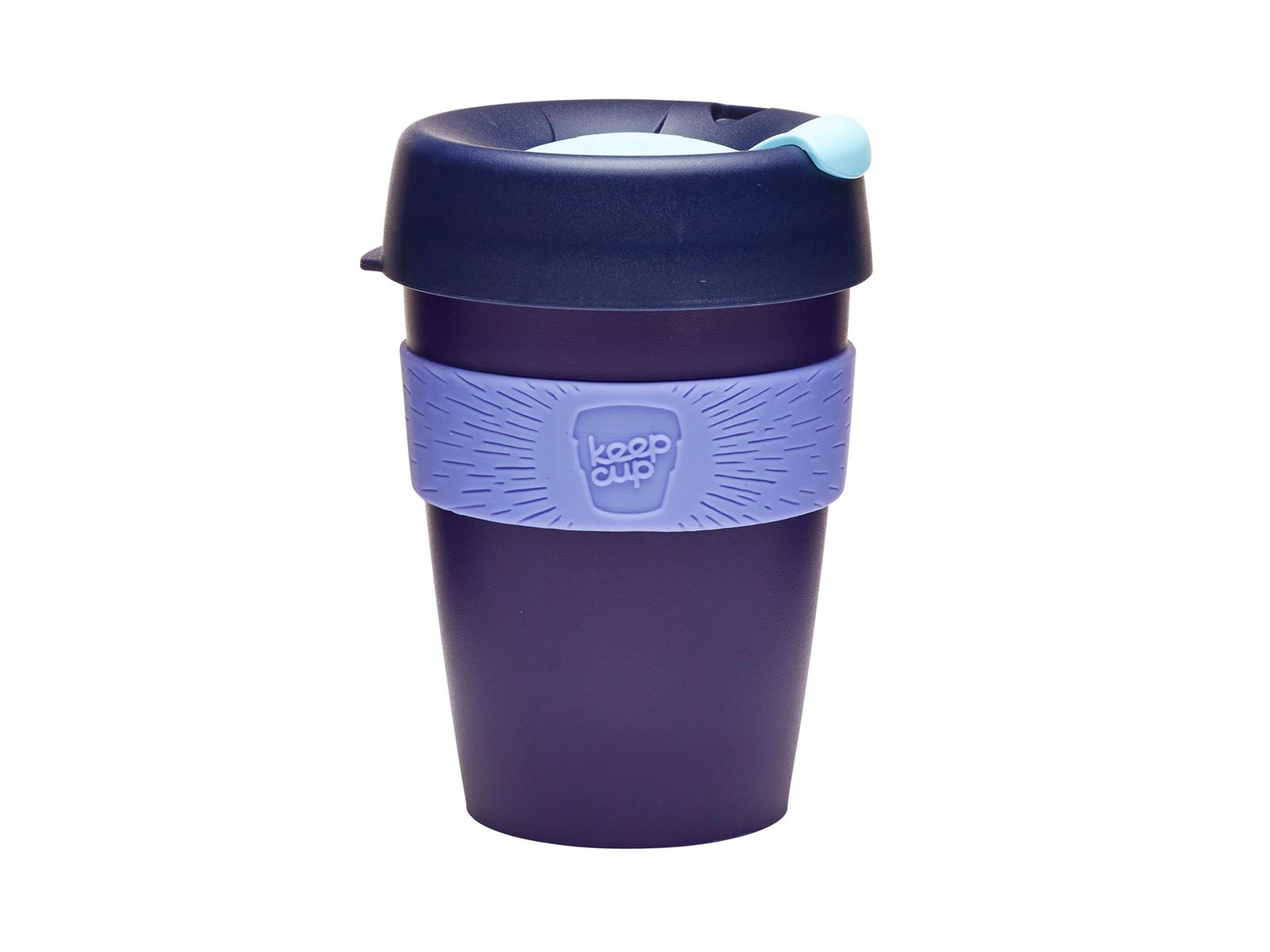 Кружка Keepcup blueberryЧайные пары, чашки и кружки<br>Кружка, созданная с мыслями о вас и о планете. Главная идея KeepCup – вдохновить любителей кофе отказаться от использования одноразовых бумажных и пластиковых стаканов, так как их производство и утилизация наносят вред окружающей среде. В год производится и выбрасывается около 500 миллиардов одноразовых стаканчиков, а ведь планета у нас всего одна! <br>Но главный плюс кружки  – привлекательный и яркий дизайн, который станет отражением вашего личного стиля. Берите ее в кафе или наливайте кофе, чай, сок дома, чтобы взять с собой - пить вкусные напитки на ходу, на работе или на пикнике. Специальная крышка с открывающимся и закрывающимся клапаном спасет от брызг, силиконовый ободок поможет не обжечься (плюс, удобно держать кружку в руках), а плотная крышка и толстые стенки сохранят напиток теплым в течение 20~30 минут. <br>Кружка сделана из нетоксичного пластика без содержания вредного бисфенола (BPA-free). Можно использовать в микроволновке и мыть в посудомоечной машине.&amp;amp;nbsp;&amp;lt;div&amp;gt;&amp;lt;br&amp;gt;&amp;lt;/div&amp;gt;&amp;lt;div&amp;gt;Объем: 340 мл.&amp;lt;br&amp;gt;&amp;lt;/div&amp;gt;<br><br>Material: Пластик<br>Height см: 13<br>Diameter см: 8,8