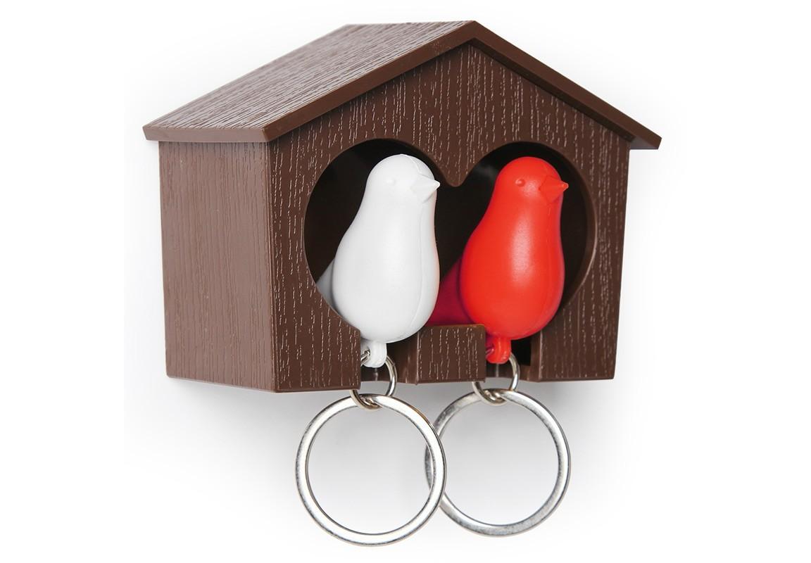 Держатель-брелок для ключей SparrowВешалки<br>Замечательная идея: специальный домик для вашего персонального хранителя ключей в виде птички. Теперь вы всегда будете знать, где ваш ключ, а не искать его на ящиках и полках перед выходом из дома. Удобный брелок легко помещается внутрь домика, быстро находится в сумке или в кармане, а главное – он еще и свисток. Так что можно оповестит домашних о своем приходе с работы. <br>Семейный вариант: птичка для неё и для него. Крепится к стене на двусторонний скотч (держится очень хорошо!) или шурупы.<br><br>Material: Пластик<br>Ширина см: 7<br>Высота см: 9<br>Глубина см: 4