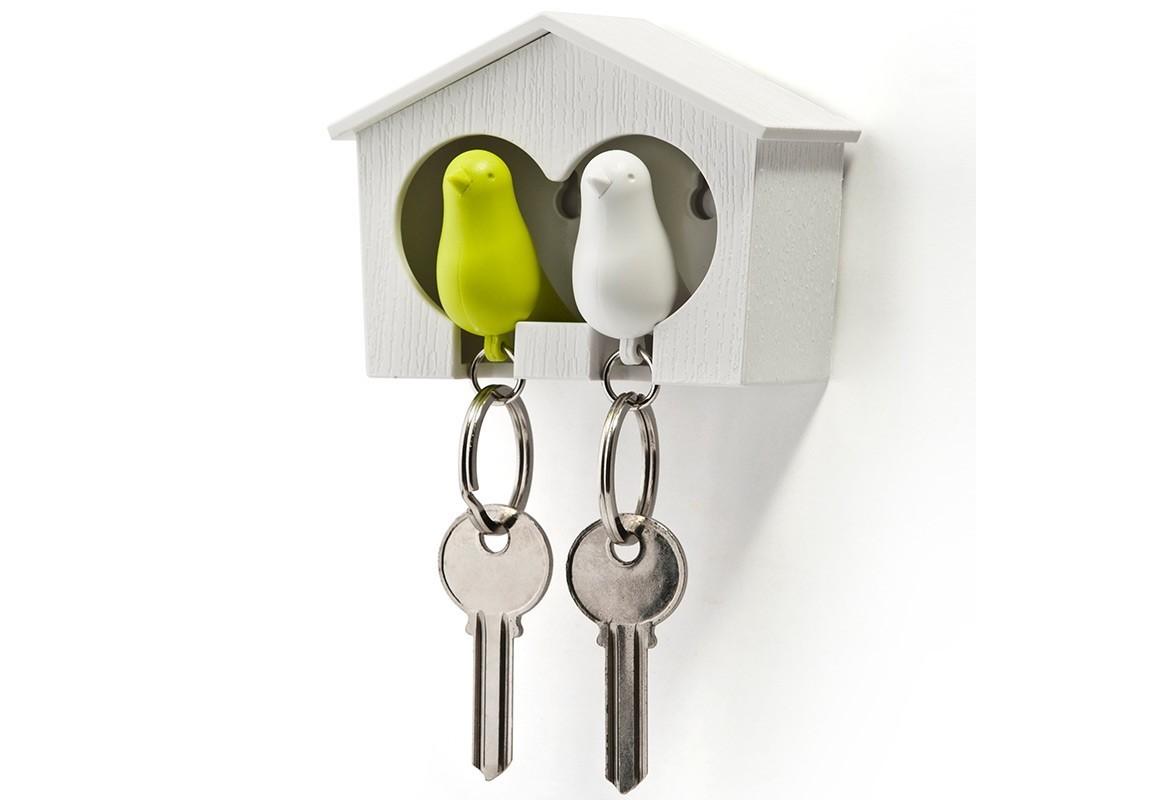 Держатель-брелок для ключей SparrowВешалки<br>Замечательная идея: специальный домик для вашего персонального хранителя ключей в виде птички. Теперь вы всегда будете знать, где ваш ключ, а не искать его на ящиках и полках перед выходом из дома. Удобный брелок легко помещается внутрь домика, быстро находится в сумке или в кармане, а главное – он еще и свисток. Так что можно оповестит домашних о своем приходе с работы. <br>Семейный вариант: птичка для неё и для него. Крепится к стене на двусторонний скотч (держится очень хорошо!) или шурупы.<br><br>Material: Пластик<br>Width см: 7<br>Depth см: 4,5<br>Height см: 9,5
