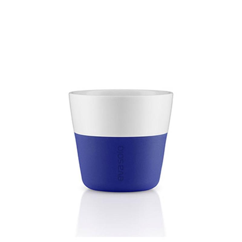 Чашки для лунго (2 шт)Чайные пары и чашки<br>Чашка для кофе лунго от Eva Solo рассчитана на 230 мл - оптимальный объём, а также стандарт для этого типа напитка у большинства кофе-машин. Чашка сделана из фарфора и имеет специальный силиконовый чехол, чтобы её можно было держать в руках, не рискуя обжечь пальцы. Чехол легко снимается, и чашку можно мыть в посудомоечной машине. Умные и красивые предметы посуды от Eva Solo будут украшением любой кухни!<br><br>Material: Фарфор<br>Height см: 6<br>Diameter см: 6