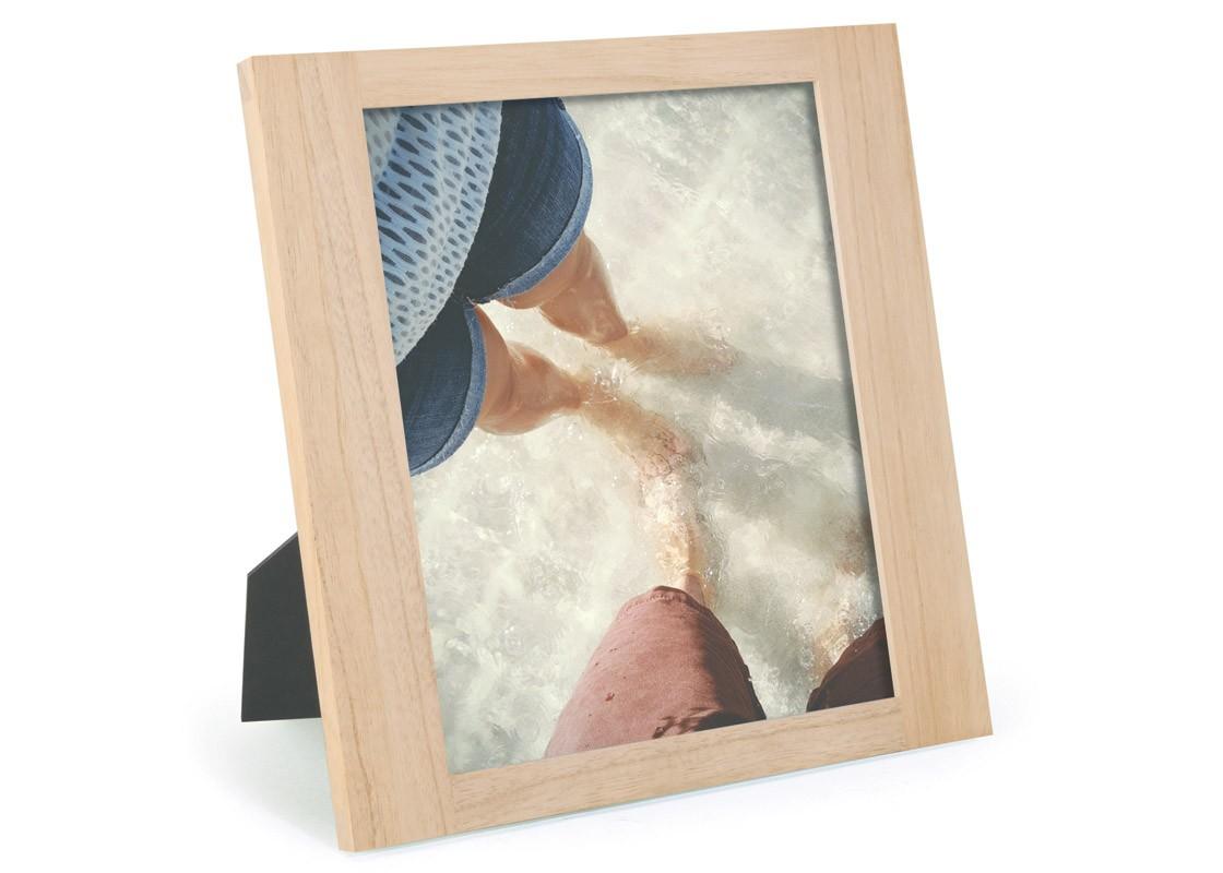 Фоторамка SimpleРамки для фотографий<br>Всё просто: есть универсальные вещи, которые впишутся в любой интерьер. Как, например, вот такая фоторамка. Элегантная и лаконичная, она вместит фото с вашими любимыми и близкими и запросто разместится на столе или на полке.<br>Подходит для фото размером 20 х 25 см.<br><br>Material: Дерево<br>Width см: 28,9<br>Depth см: 1,8<br>Height см: 27,4
