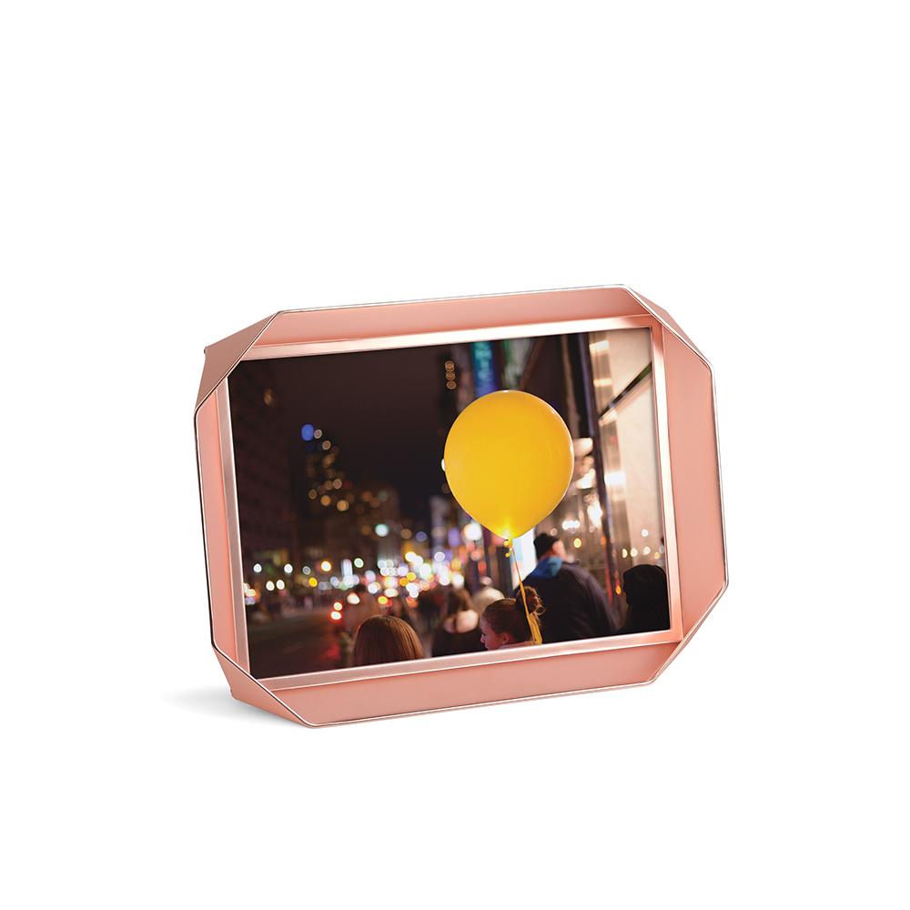 Фоторамка FotobendРамки для фотографий<br>Рамки для одной фотографии, выполненные в футуристическом дизайне. Перекрученная металлическая полоска создает простую объемную структуру, которая оригинально и вместе с тем ненавязчиво обрамляет памятные снимки. Подставка позволяет расположить рамку как горизонтально, так и вертикально. Отличный подарок! <br><br>Дизайн: Sung wook Park<br><br>Material: Металл<br>Ширина см: 18<br>Высота см: 13<br>Глубина см: 3