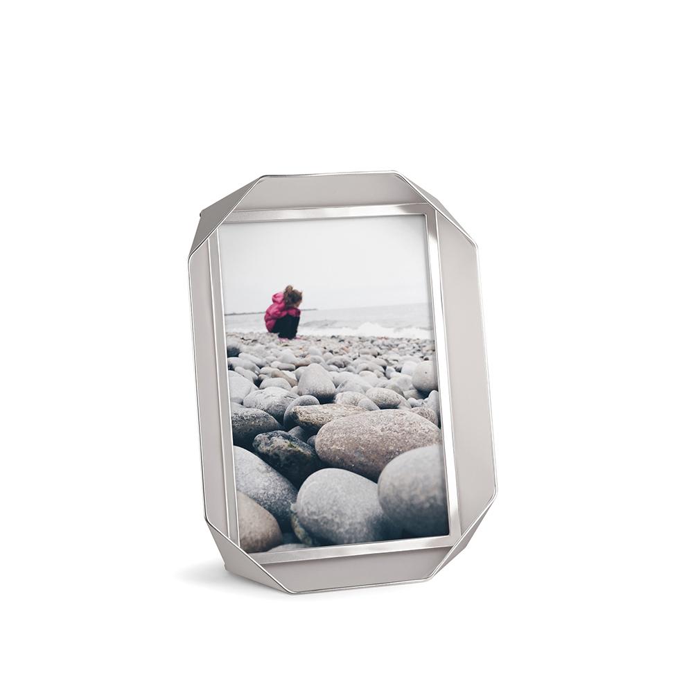 Фоторамка FotobendРамки для фотографий<br>Рамки для одной фотографии, выполненные в футуристическом дизайне. Перекрученная металлическая полоска создает простую объемную структуру, которая оригинально и вместе с тем ненавязчиво обрамляет памятные снимки. Подставка позволяет расположить рамку как горизонтально, так и вертикально. Отличный подарок! <br><br>Дизайн: Sung wook Park<br><br>Material: Металл