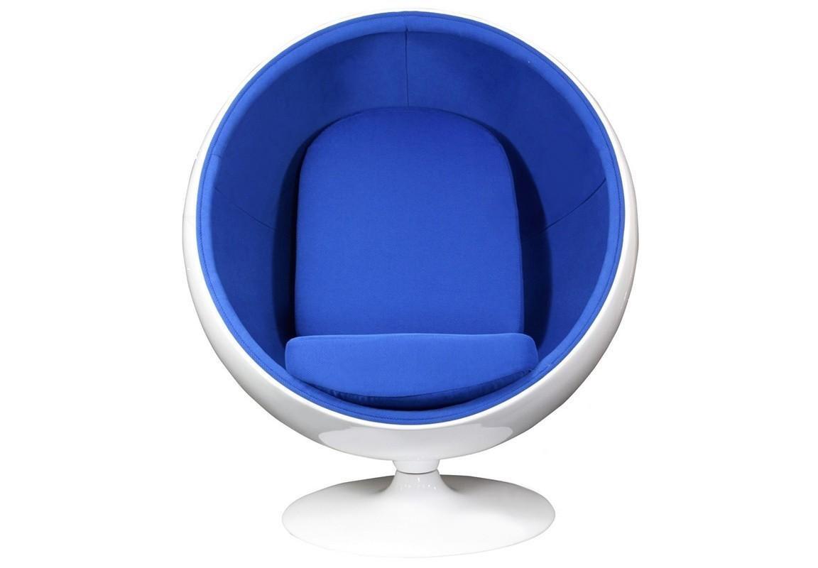 Кресло Eero Ball ChairИнтерьерные кресла<br>Кресло-шар, или Ball Chair, или же Globe Chair было создано финским дизайнером Ээро Аарнио (Eero Aarnio) еще в 1963 году. Оно моментально привлекло внимание органичным сочетанием экстравагантной формы и максимальным комфортом уединения. В современной интерпретации Ball Chair — это комфортабельный кокон с возможностью встраивания телефона и аудио-колонок, позволяющий слушать в нем любимую музыку, читать, работать или же просто релаксировать. Каркас кресла изготовлен из стекловолокна. Звукоизоляция обеспечивается использованием пенообразного наполнителя. Благодаря прочной металлической ножке с вращающимся основанием есть возможность вращения вокруг своей оси на 360 градусов. Обивка выполнена из контрастирующих с основным белым цветом шерстяных подушек ярких цетов. В каталоге нашего магазина представлена реплика знаменитого кресла-шара в разных вариантах цвета. Купите кресло-шар Ball Chair — и ваше стремление к комфорту будет в высшей степени реализовано!<br><br>Material: Металл<br>Width см: 102<br>Depth см: 75<br>Height см: 110