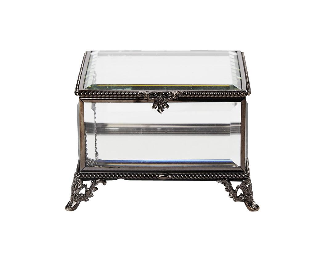 Шкатулка Antique GlassШкатулки<br>Изящная стеклянная шкатулка с металлическими элементами выполненными под состаренное золото.&amp;amp;nbsp;<br><br>Material: Олово<br>Width см: 12<br>Depth см: 12<br>Height см: 8,5