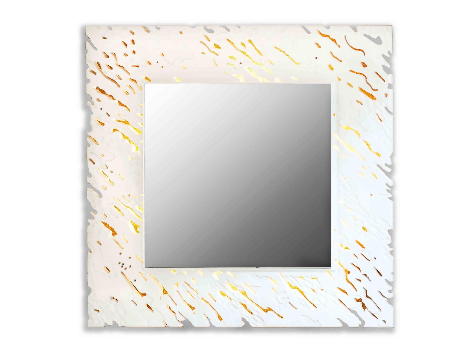 Зеркало REEFНастенные зеркала<br>Ветерок касается воды и солнечные блики играют на ее поверхности. <br>Завораживающая картина, дарящая отдых душе. На нее можно смотреть бесконечно. <br>Резной рисунок на раме зеркал коллекции Reef имитирует рябь на водной глади. <br>Данный вариант представлен в квадратной форме и белом цвете.<br><br>Material: Дерево<br>Width см: 90<br>Depth см: 0,8<br>Height см: 90