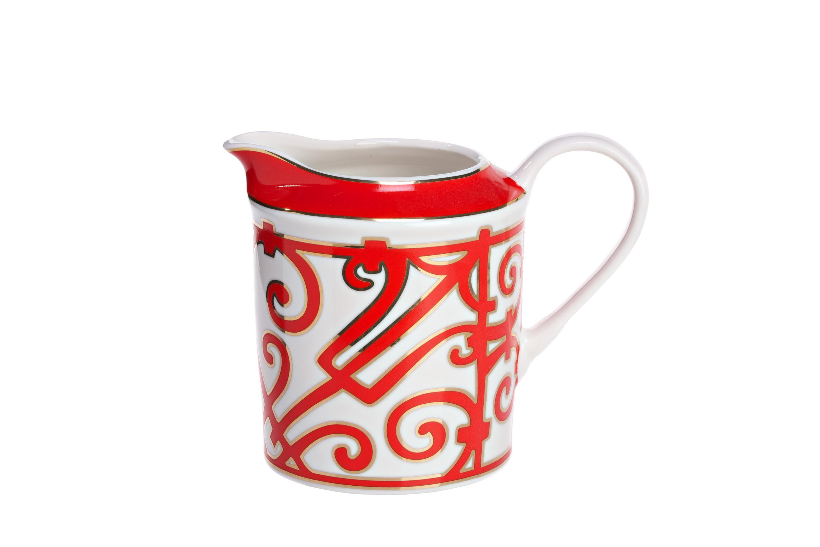 Молочник HeritageКофейники и молочники<br>Эффектный и яркий молочник коллекции «Heritage» (Наследие) дополнит сервировку классической чайной церемонии. <br>Традиция пить чай с молоком издревле существовала и в европейских, и в восточных странах. Считается, что в Россию этот обычай пришел из Англии, где five o&amp;#39;clock tea стал визитной карточкой страны. И хотя знатоки спорят о рецепте идеального чая – добавлять ли чай в молоко или молоко в чай – в одном они сходятся – чай с молоком, безусловно, приобретает изысканный и богатый вкус.<br>Молочник «Heritage» выполнен из превосходного костяного фарфора и декорирован оригинальным орнаментом алого цвета в стиле модерн (moderne). Изящная ручка и удобный носик делают использование молочника удобным и приятным. <br>Как и другие изделия серии, вы можете приобрести его отдельно или в составе сервиза.<br><br>Material: Фарфор<br>Width см: 14<br>Depth см: 12<br>Height см: 9