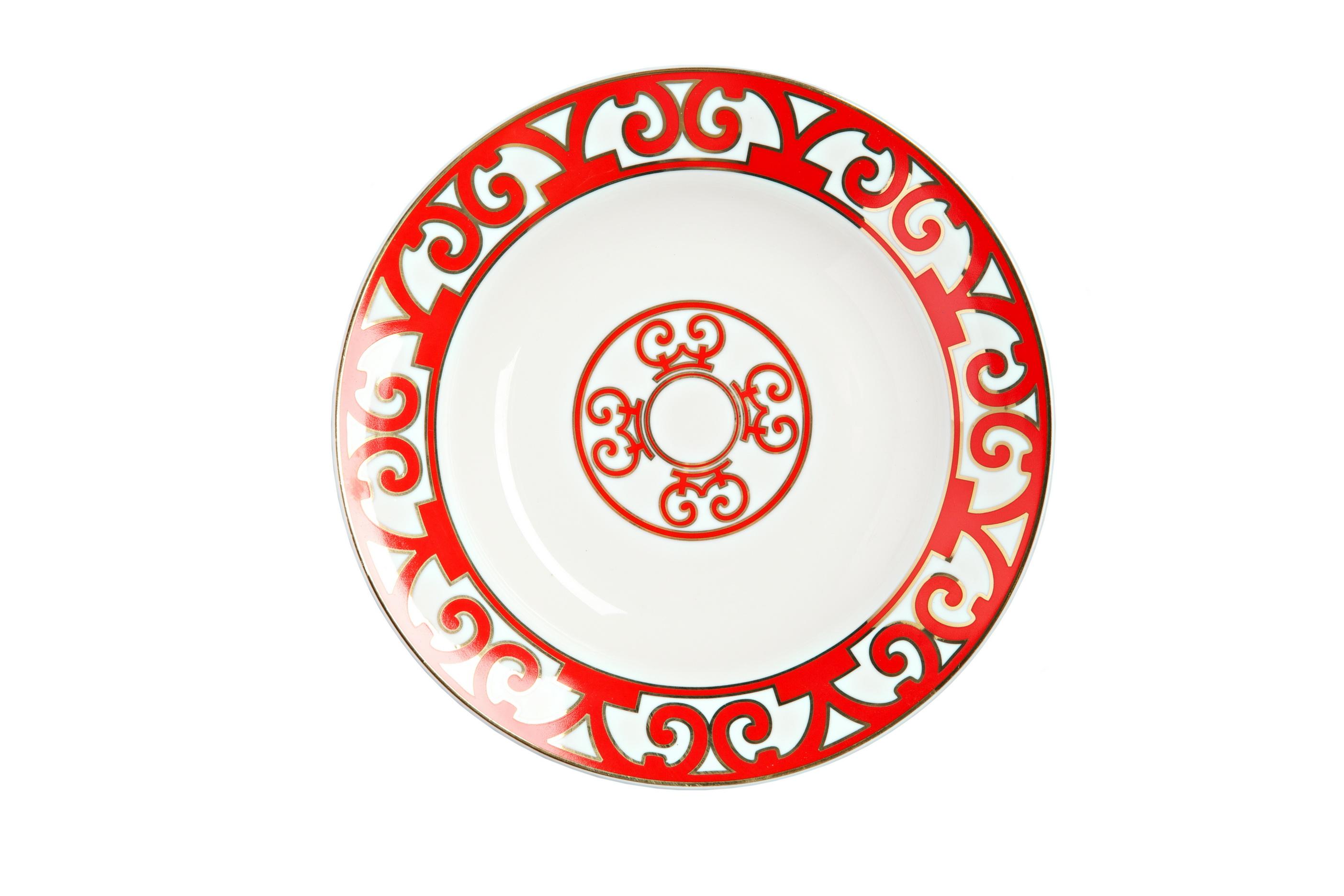 Тарелка для супа HeritageТарелки<br>Яркая и нарядная суповая тарелка коллекции «Heritage» (Наследие) внесет праздничные нотки в ежедневную трапезу, и украсит собой торжественный обед. Тарелка изготовлена из костяного фарфора высшего качества и декорирована великолепным орнаментом в стиле модерн (moderne) по краю и солярным символом в центре. Очень выигрышно смотрится сочетание белоснежного фарфора и алой отделки: простое и одновременно контрастное, оно придает изделию эффектный, сияющий вид.<br>Как и другие изделия, серии вы можете приобрести тарелку для супа отдельно или в составе сервиза.<br><br>Material: Фарфор