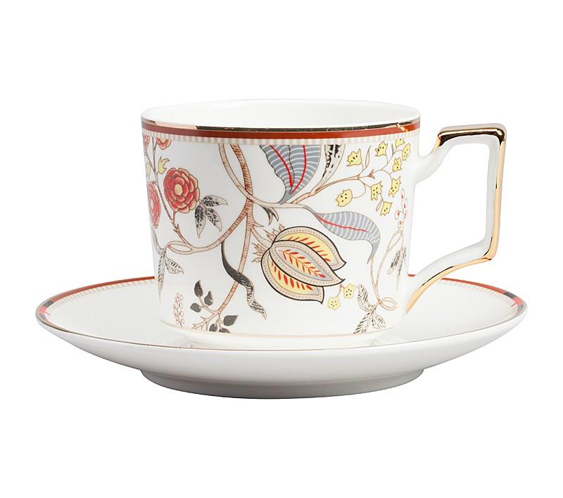 Чайная пара JardinЧайные пары, чашки и кружки<br>Чайная пара Jardin в нежном стиле станет отличным украшением для вашего стола, все предметы выполнены в белом цвете, имеют золотистую окантовку и украшены узором с цветами, стеблями и листьями. Ручки посуды имеют необычную авангардную форму. Тонкая золотая окантовка, тонкий стебель цветка, тонкий аромат чая, который доносится из этой кружки — всё говорит о вашем тонком вкусе! Эта чайная пара послужит хорошим подарком, настроит на нужный лад чаепитие. В серии Jardin в нашем интернет-магазине вы найдёте блюдо, комплекты тарелок и чайный сервиз.<br><br>Material: Фарфор<br>Width см: 14<br>Depth см: 7<br>Height см: 14