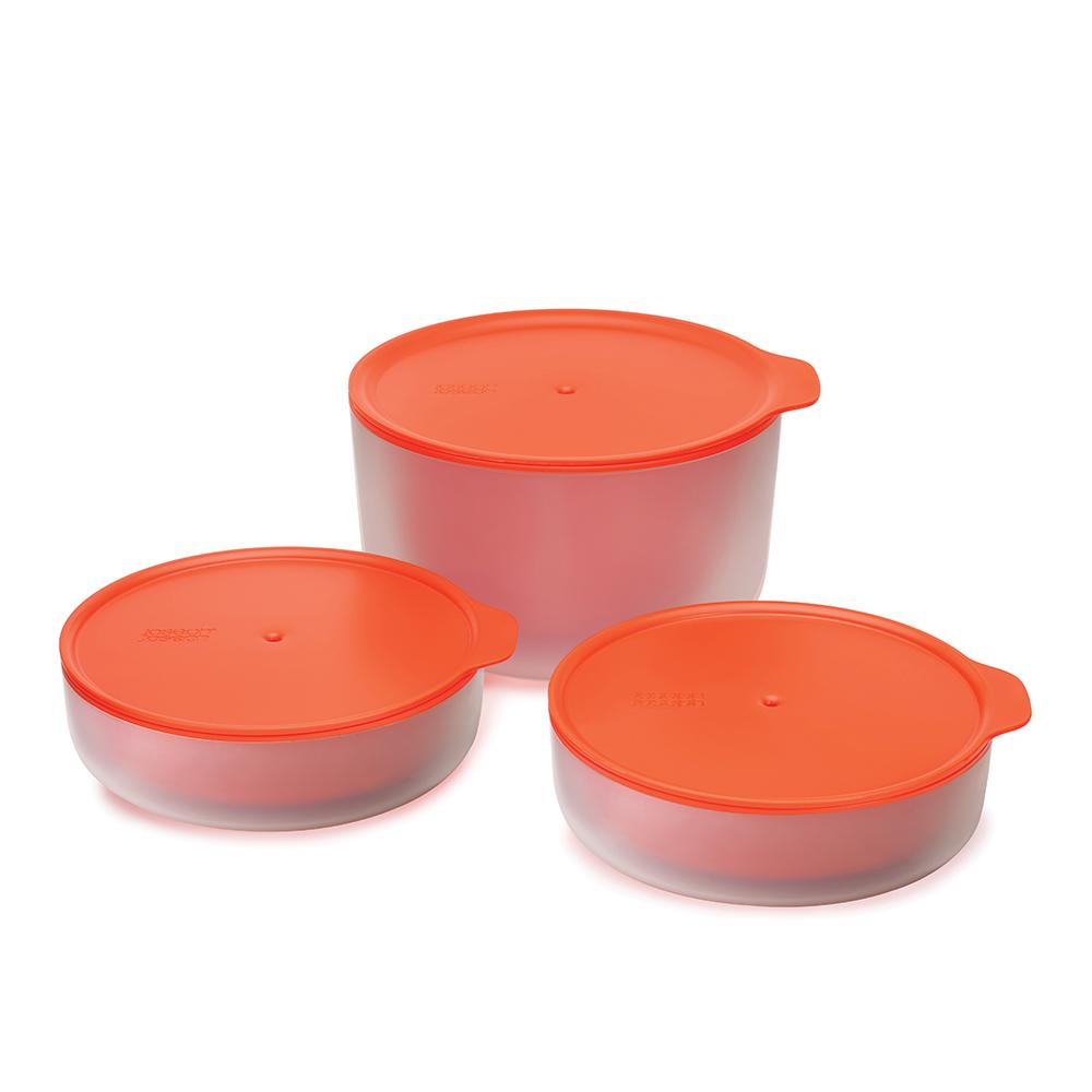 Набор мисок с двойными стенками для микроволновой печи M-cuisineЕмкости для хранения<br>Набор из трех мисок Cool Touch, предназначенных для разогрева и приготовления пищи в микроволновой печи.<br>Частая проблема, возникающая при разогреве еды в микроволновой печи, заключается в том, что ёмкость для приготовления также очень сильно нагревается — порой настолько, что ее даже опасно брать в руки. Серия посуды M-Cuisine™ Сool-touch была специально разработана с целью избавить вас от этой проблемы. Благодаря двойным стенкам внешняя поверхность посуды всегда остается прохладной, что позволяет  доставать разогретое блюдо из печи голыми руками, без полотенца или прихватки. Крышки защищают содержимое от протекания и помогают сохранить чистоту. А стильный дизайн позволяет подавать разогретые блюда прямо к столу.<br><br>Material: Пластик<br>Length см: None<br>Width см: 21<br>Depth см: 20<br>Height см: 17,5