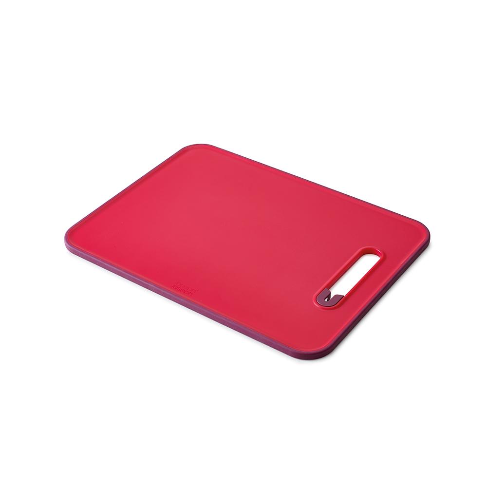Доска разделочная с ножеточкой Slice &amp; sharpenПодставки и доски<br>Инновационная доска со встроенной керамической точилкой. Позволяет затачивать ножи перед разделкой продуктов.  <br>Нескользящий прорезиненный край доски обеспечивает устойчивость как при нарезке продуктов, так и при заточке лезвия.<br>Поверхность доски изготовлена из специального материала, защищающего целостность ваших ножей и миниминизирующего затупление.<br>Внимание! Ножеточка не подходит для зубчатых и керамических лезвий.<br>Можно мыть в посудомоечной машине.<br><br>Material: Пластик<br>Width см: 37<br>Depth см: 28<br>Height см: 1
