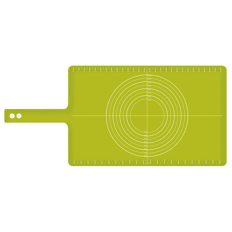 Коврик для теста с мерными делениями Roll-upПодставки и доски<br>Широкий силиконовый коврик оптимального размера закрывает рабочую поверхность таким образом, чтобы раскатываемые коржи не касались столешницы, оставляя ее чистой. Удобные мерные деления помогут определить диаметр блюда. Благодаря силикону коврик не скользит при раскатывании. После применения коврик можно свернуть и застегнуть на кнопку для компактного хранения.                                  Идеален в комплекте с регулируемой скалкой. <br>Не подходит для использования в духовом шкафу.<br><br>Material: Пластик<br>Width см: 74<br>Depth см: 37,5<br>Height см: 0,1