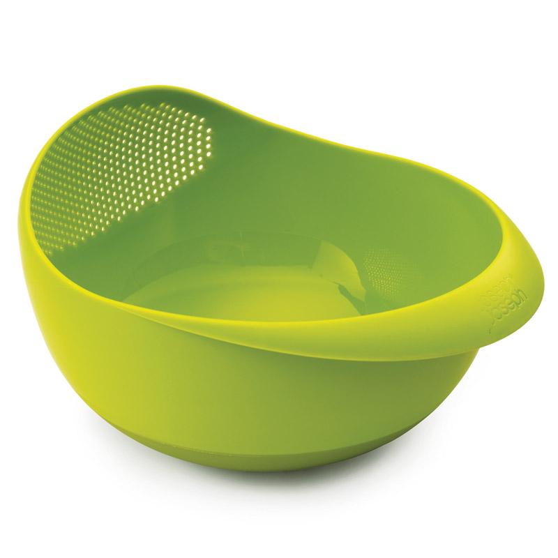 Миска-дуршлаг Prep&amp;serveАксессуары для кухни<br>Миска сочетается с дуршлагом, выполняя сразу несколько функций. Избавляет от необходимости  держать под  рукой сразу множество ёмкостей. Фрукты, овощи, крупы можно промывать водой прямо в миске (для слива достаточно наклонить ее под небольшим углом), а затем — сразу же подавать на стол.  Эргономичные рукоятки обеспечивают дополнительный комфорт, а нескользящее основание — идеальную устойчивость.<br>Можно мыть в посудомоечной машине. Не подходит для использования в микроволновой печи!<br><br>Material: Пластик<br>Width см: 8,8<br>Depth см: 21<br>Height см: 13