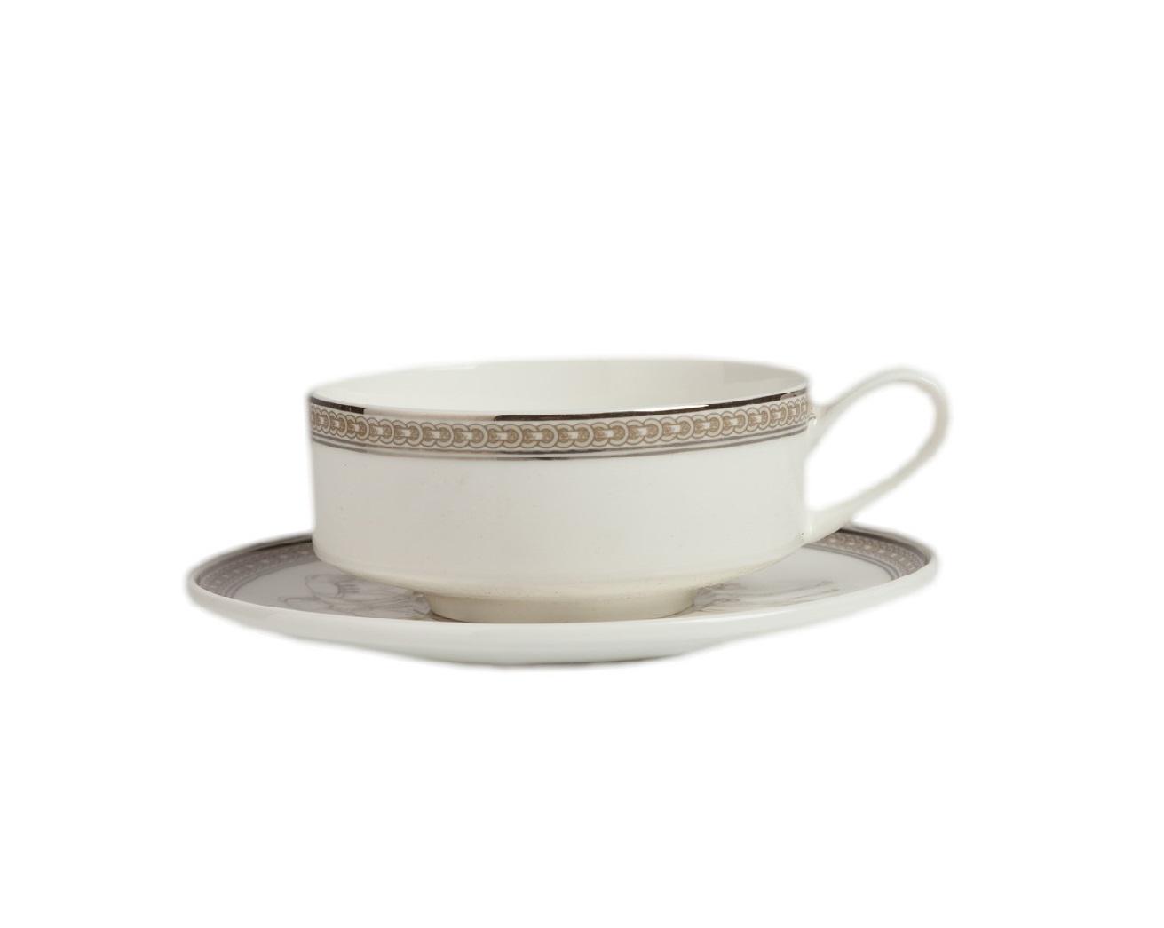 Чайная пара FlambeeЧайные пары, чашки и кружки<br>Невысокая чашечка с тонкой изящной ручкой — вот отличительные черты этой чайной пары Flambee. Спокойный рисунок, от которого веет благородством и традициями семейного чаепития. За столом, сервированным такой посудой хочется собиратся вновь и вновь. Костяной фарфор, серебрянная окантовка чашечки и блюдца — благородные детали, говорящие об изысканном происхождении.Также в коллекции Flambee в нашем интернет-магазине представлены комплекты тарелок.<br><br>Material: Фарфор<br>Height см: 7<br>Diameter см: 11
