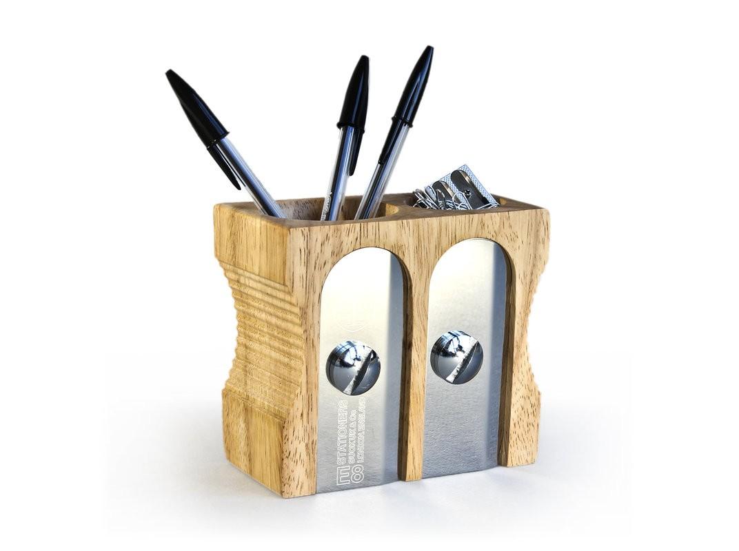Органайзер для рабочего стола Double sharpenerДругое<br>Премиум органайзер для рабочего стола. Знаковый предмет, пряго говорящий о его назначении. Цельное каучуковое дерево, сталь, отличное качество и подарочная упаковка - подойдет в качестве подарка боссу. Он обязательно оценит ваш нестандартный подход к привычным вещам и оригинальность подарка. Каучуковое дерево - высококачественный материал, произрастающий в странах Азии. Сок этого дерева используют для приготовления латекса.<br><br>Material: Дерево<br>Width см: 8,2<br>Depth см: 12,6<br>Height см: 12