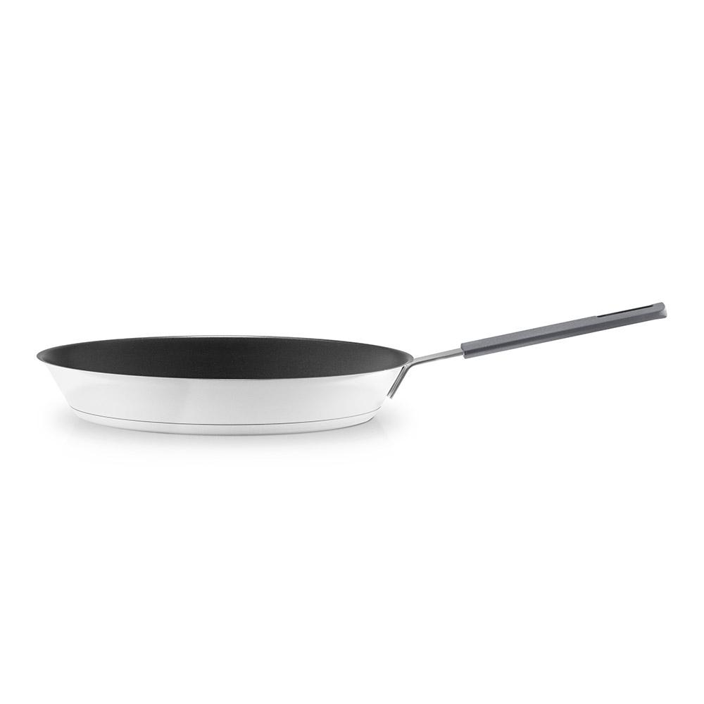 Сковорода с антипригарным покрытием Slip-letАксессуары для кухни<br>Известная серия посуды для готовки Eva Solo была разработана датскими дизайнерами для тех, кто на кухне не просто готовит, а делает это с удовольствием, подходит к процессу творчески и стремится иметь под рукой удобную и надёжную посуду. Уже 35 лет посуда Eva Solo является классикой на датском рынке.<br>Эта сковорода идеальна для жарки. Она распределяет жар по поверхности наиболее оптимальным образом, имеет антипригарное покрытие, поэтому готовить можно с минимальным количеством жира. Ручка не нагревается. Подходит для любых печей.<br><br>Material: Сталь<br>Width см: 50<br>Depth см: 29<br>Height см: 5