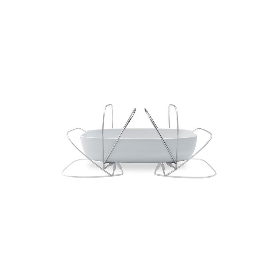 Блюдо керамическое с ручкамиЧаши<br>Удобная и изящная форма для запекания от известного датского бренда Eva Solo сделана из керамики и оснащена удобными ручками, которые могут также служить подставкой - поэтому с их помощью можно не только донести форму до стола, но и поставить его на стол, не рискуя повредить поверхность. Благодаря этому и стильному дизайну форма для запекания превращается в сервировочную тарелку! Кроме того, форму можно держать одной рукой, при этом второй помогать в сервировке. Ручки регулируются и могут отодвигаться в стороны. Просто и элегантно!<br><br>Material: Керамика<br>Width см: 26,1<br>Depth см: 20,6<br>Height см: 6,5
