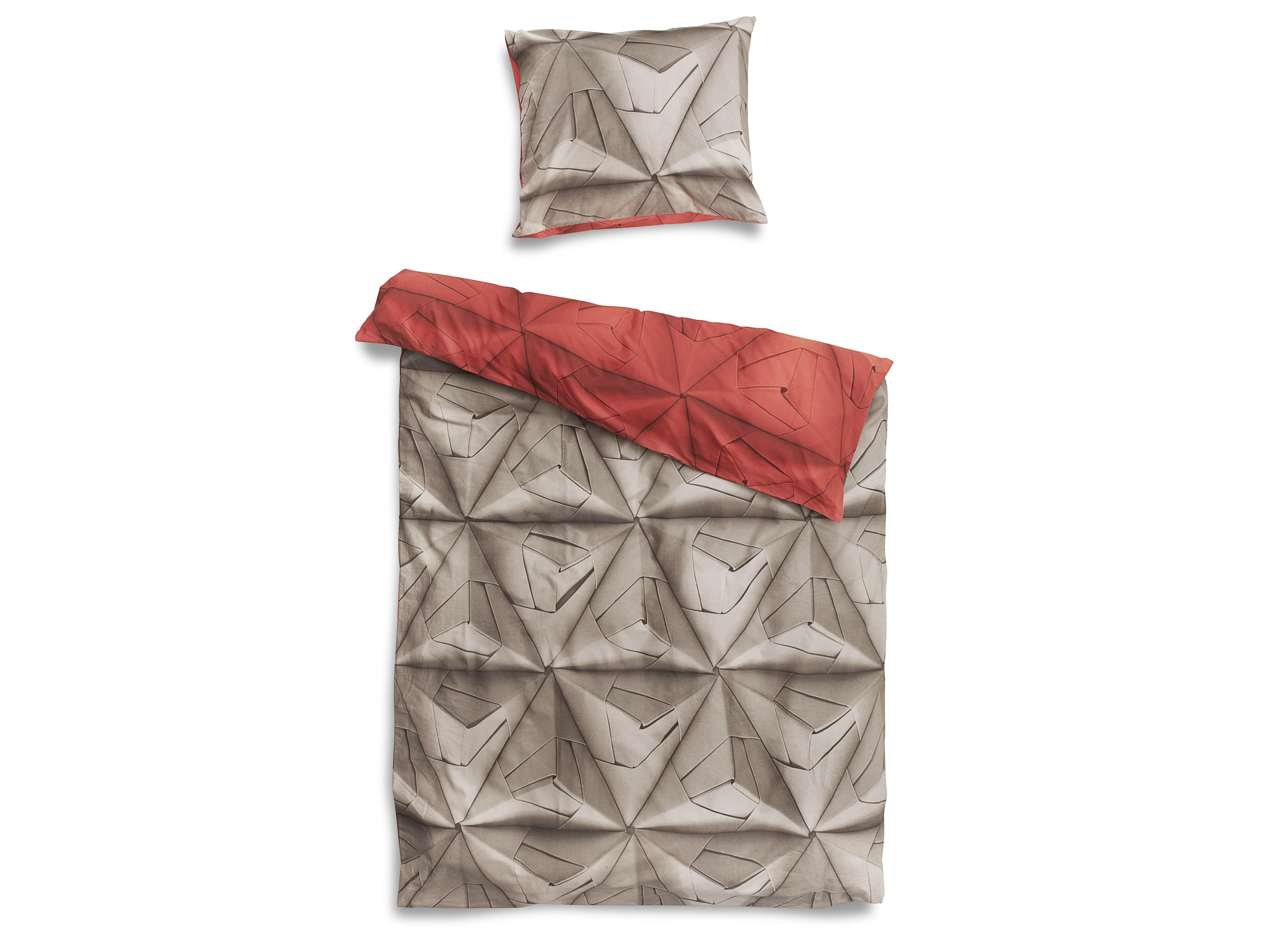 Комплект постельного белья Оригами красныйПолутороспальные комлпекты постельного белья<br>Мы обновили наш известный принт Geogami. Раньше он был пестрым, а теперь в нем сочетаются два контрастных цвета. На одной стороне-нейтральный серый цвет, а на другой-остромодный! Комплект существует в горчичном, васильковом и коралловом оттенках.&amp;amp;nbsp;&amp;lt;div&amp;gt;&amp;lt;br&amp;gt;&amp;lt;/div&amp;gt;&amp;lt;div&amp;gt;Материал: 100% хлопок ПЕРКАЛЬ (плотность ткани 214г/м2).&amp;amp;nbsp;&amp;lt;/div&amp;gt;&amp;lt;div&amp;gt;В комплект входит: пододеяльник 150х200 см - 1 шт, наволочка 50х70 см - 1 шт.&amp;lt;/div&amp;gt;<br><br>Material: Хлопок<br>Ширина см: 150