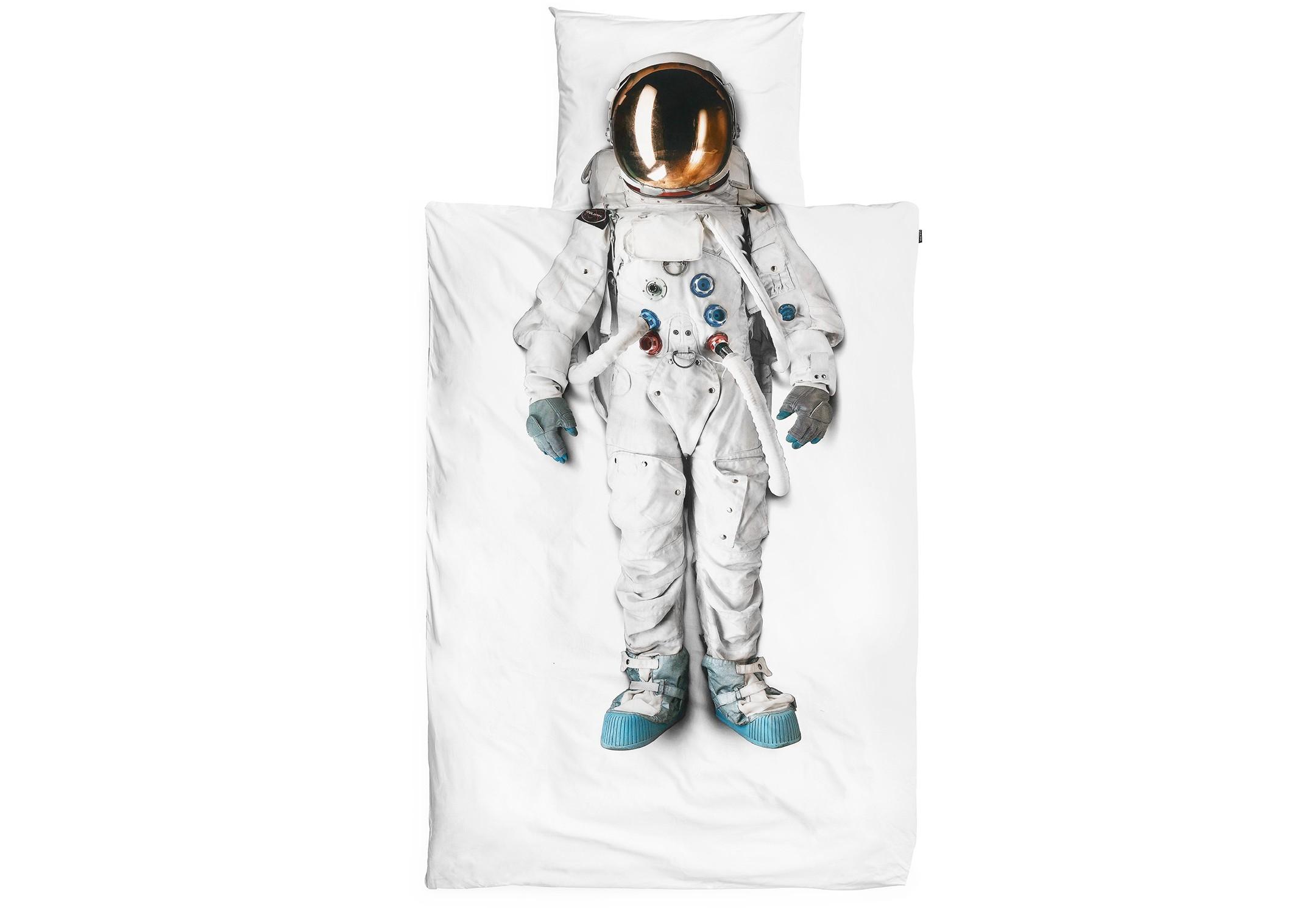 Комплект постельного белья АстронавтПолутороспальные комлпекты постельного белья<br>С таким постельным бельем вы каждый раз будете засыпать в другой галактике и видеть сны про далекие вселенные. Потому что скафандр на нем настоящий. Он не из магазина маскарадных костюмов за углом, а из музея космонавтики в Голландии. Поэтому ложитесь, закрывайте глаза и чувствуйте, как убывает гравитация. Поехали!&amp;amp;nbsp;&amp;lt;div&amp;gt;&amp;lt;br&amp;gt;&amp;lt;/div&amp;gt;&amp;lt;div&amp;gt;Материал: 100% хлопок ПЕРКАЛЬ (плотность ткани 214г/м2).&amp;amp;nbsp;&amp;lt;/div&amp;gt;&amp;lt;div&amp;gt;В комплект входит: пододеяльник 150х200 см - 1 шт, наволочка 50х70 см - 1 шт.&amp;lt;/div&amp;gt;<br><br>Material: Хлопок<br>Length см: 200<br>Width см: 150