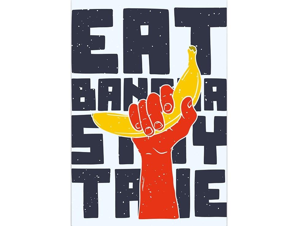 Постер Eat bananaПостеры<br>Ешьте бананы  .<br>Оригинальный и яркий постер призывающий есть бананы просто необходим каждому интерьеру. Помимо того, что он привнесет в каждый дом частичку стиля и креативна, постер   Eat banana   станет напоминанием о пользе этого прекрасного фрукта! Банан    одно из самых древних культивируемых растений. Его родиной считаются острова Малайского архипелага, где, как полагают учёные, древние жители выращивали их и употребляли в пищу как дополнение к рыбной диете. Во многих странах бананы являются одним из основных источников питания    например, только в Эквадоре годовое потребление этого продукта составляет 73,8 кг на душу населения.<br>Представляете? Поэтому ешьте бананы и наслаждайтесь искусством!<br><br>Material: Бумага<br>Width см: 59<br>Height см: 84