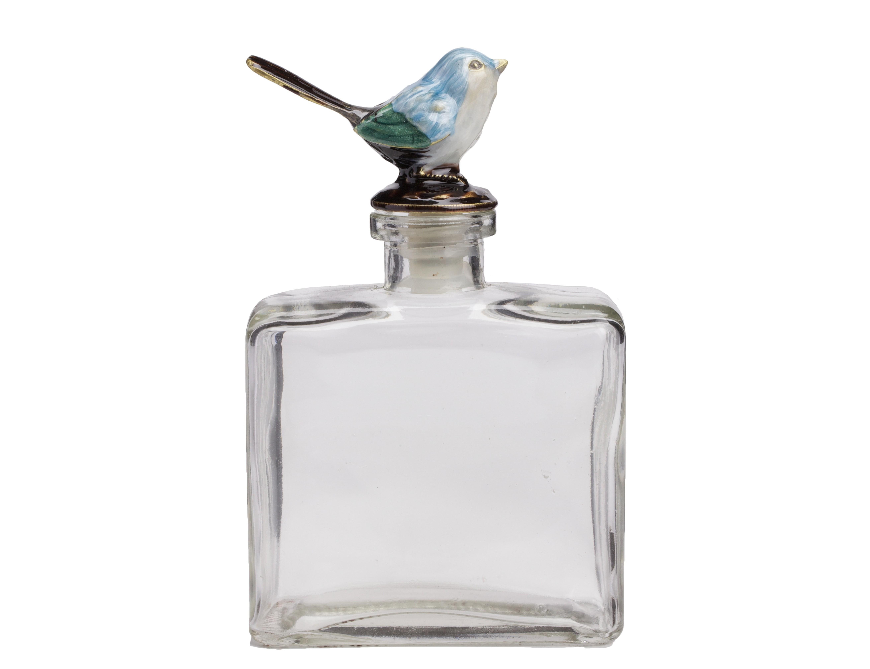 Стеклянный флакон Petit ForteЕмкости для хранения<br>Изящный стеклянный небольшой по размеру флакон Petit Forte с симпатичной голубой птичкой на крышечке придется по вкусу милым дамам, которые ценят красоту и роскошь в каждой детали интерьера. Элемент декора может украсить собой комнату в стиле Прованс, наполнить её домашним уютом, а также составить превосходный набор с аксессуарами той же коллекции — Petit Grande, Petit Debole и Petit Solito. Флакончики идеально подойдут для хранения в них вашего любимого парфюма.<br><br>Material: Стекло<br>Width см: 9,5<br>Depth см: 4,5<br>Height см: 15