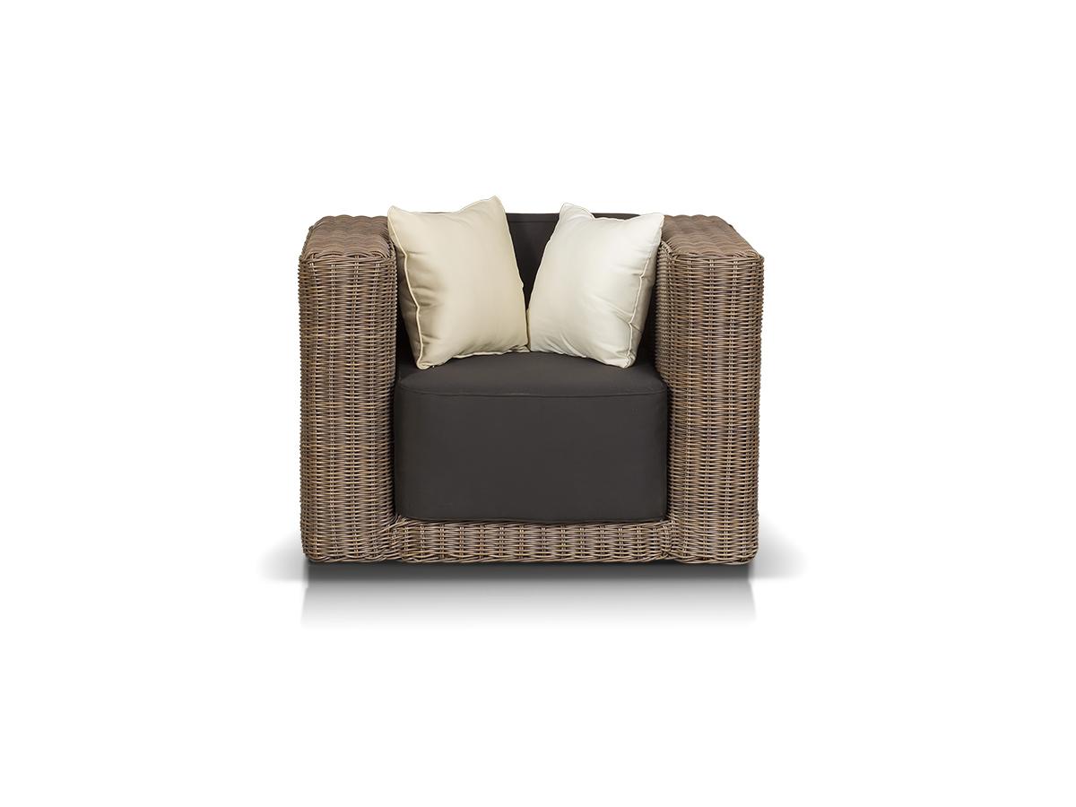 Кресло лаунж-зоны ГранадаКресла для сада<br>Лаунж-зона на 4 персоны. 1 двухместный диван, 2 кресла, 1 журнальный столик со стеклянной столешницей толщиной 5 мм.<br><br>Общую стоимость комплекта уточняйте у менеджера.<br><br>Material: Искусственный ротанг<br>Length см: 107.0<br>Width см: 96.0<br>Depth см: None<br>Height см: 71.0<br>Diameter см: None